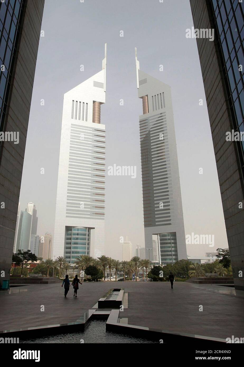 People walk at the Dubai International Financial Center near the Emirates Towers in Dubai, February 2, 2012. REUTERS/Jumana El Heloueh (UNITED ARAB EMIRATES - Tags: BUSINESS CITYSPACE) Foto de stock