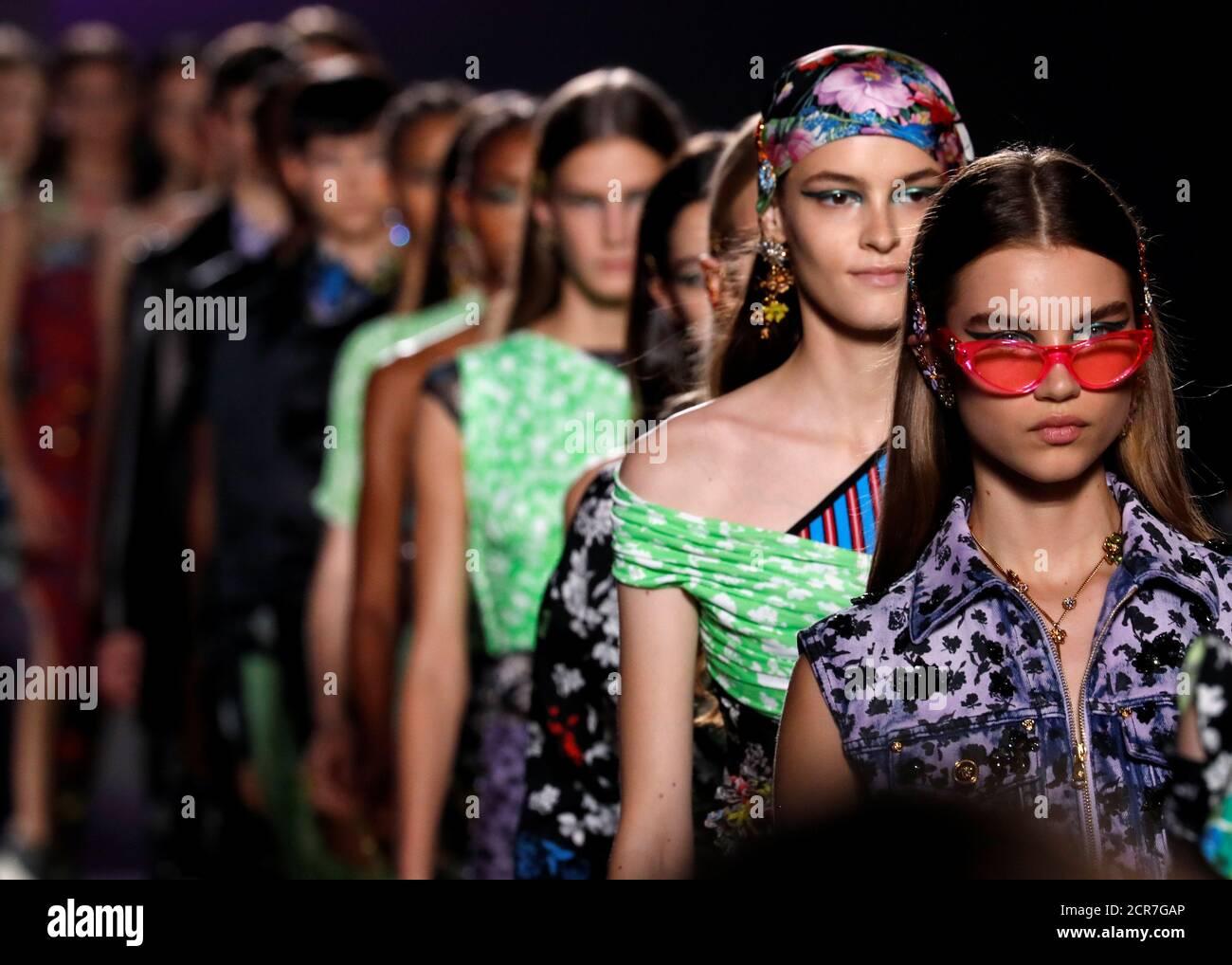 Los modelos presentan las creaciones en la feria Versace durante la Semana de la Moda de Milán Primavera 2019 en Milán, Italia, 21 de septiembre de 2018. REUTERS/Stefano Rellandini Foto de stock