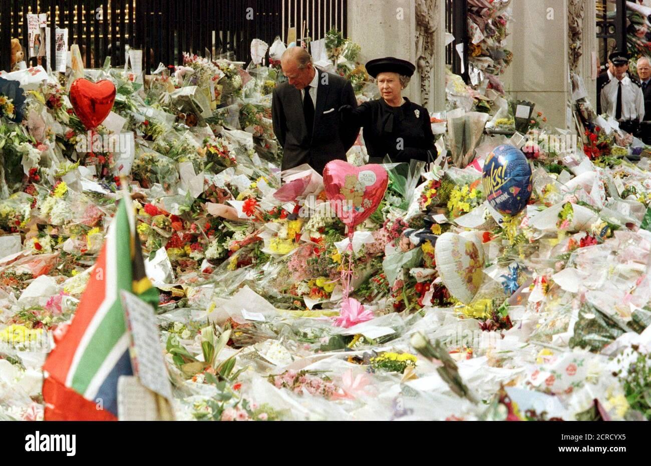 La Reina Isabel de Gran Bretaña y el Duque de Edimburgo miran los tributos florales que se encuentran fuera del Palacio de Buckingham en memoria de Diana, Princesa de Gales, Londres, en este archivo de fotos del 5 de septiembre de 1997. La Reina Isabel celebra su 90 cumpleaños el 21 de abril de 2016. REUTERS/Ian Waldie/Archivos BUSCA 'Queen 90th' PARA TODAS LAS IMÁGENES Foto de stock
