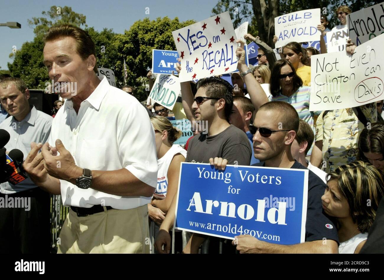 Actor y candidato republicano a gobernador para California Arnold Schwarzenegger se reúne con estudiantes durante una visita de campaña a la Universidad Estatal de California en Long Beach, 3 de septiembre de 2003. El actor está visiblemente saltando el miércoles el primero de una serie de debates con el gobernador Gray Davis y los mejores candidatos que quieren reemplazarlo, en la elección de destitución sin precedentes del estado. La votación de retirada está programada para el 7 de octubre. REUTERS/Robert Galbraith RG/GN Foto de stock