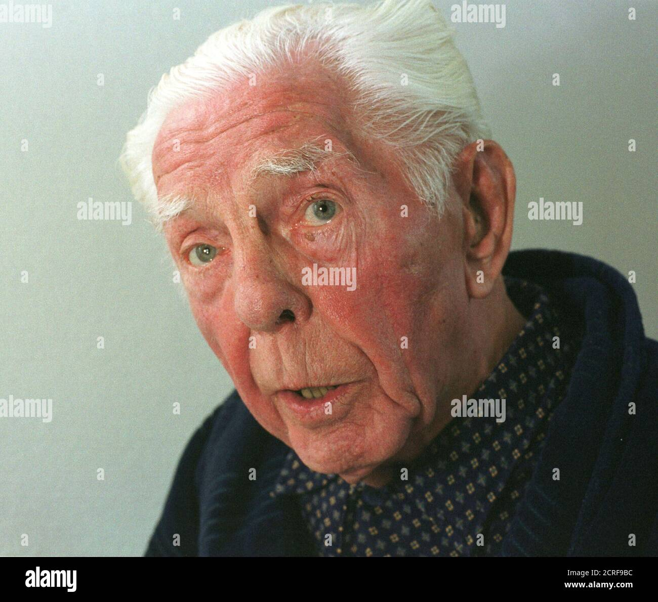"""Fritz Hippler, un antiguo miembro ardiente del partido nazi de 92 años y jefe del departamento de propaganda cinematográfica del Reichs, es visto durante una entrevista de Reuters en su sala de hospital en la ciudad alpina de Berchtesgaden, cerca de Salzburgo, el 5 de diciembre de 2000. El hombre que hizo la película antisemita """"el judío eterno"""", la película de odio más notoria jamás hecha, dijo que la película puede ser considerada un hito para el Holocausto. WR Foto de stock"""