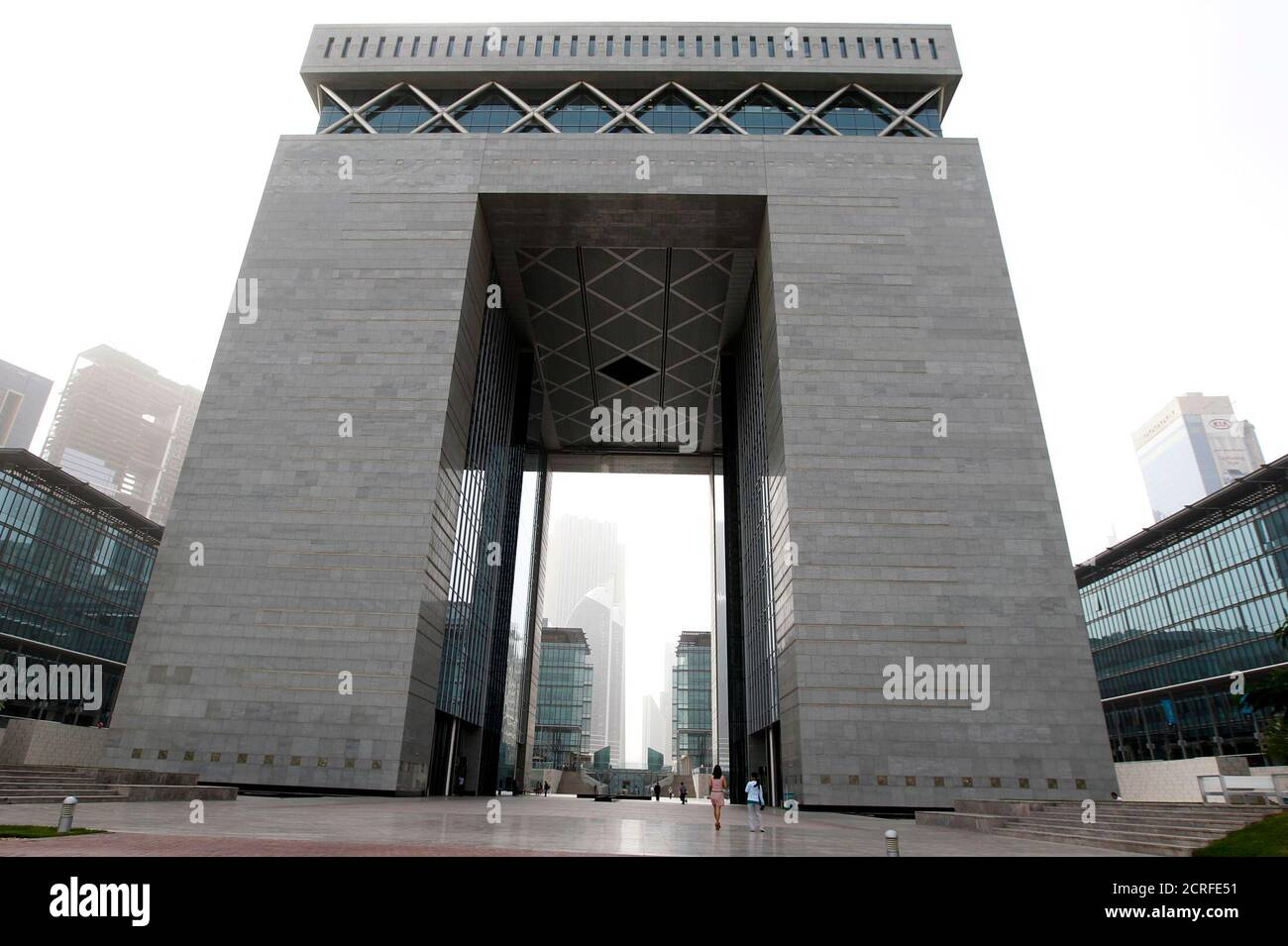 People walk near The Gate building at the financial and business district Dubai International Financial Center (DIFC) in Dubai, February 2, 2012. REUTERS/Jumana El Heloueh (UNITED ARAB EMIRATES - Tags: BUSINESS) Foto de stock