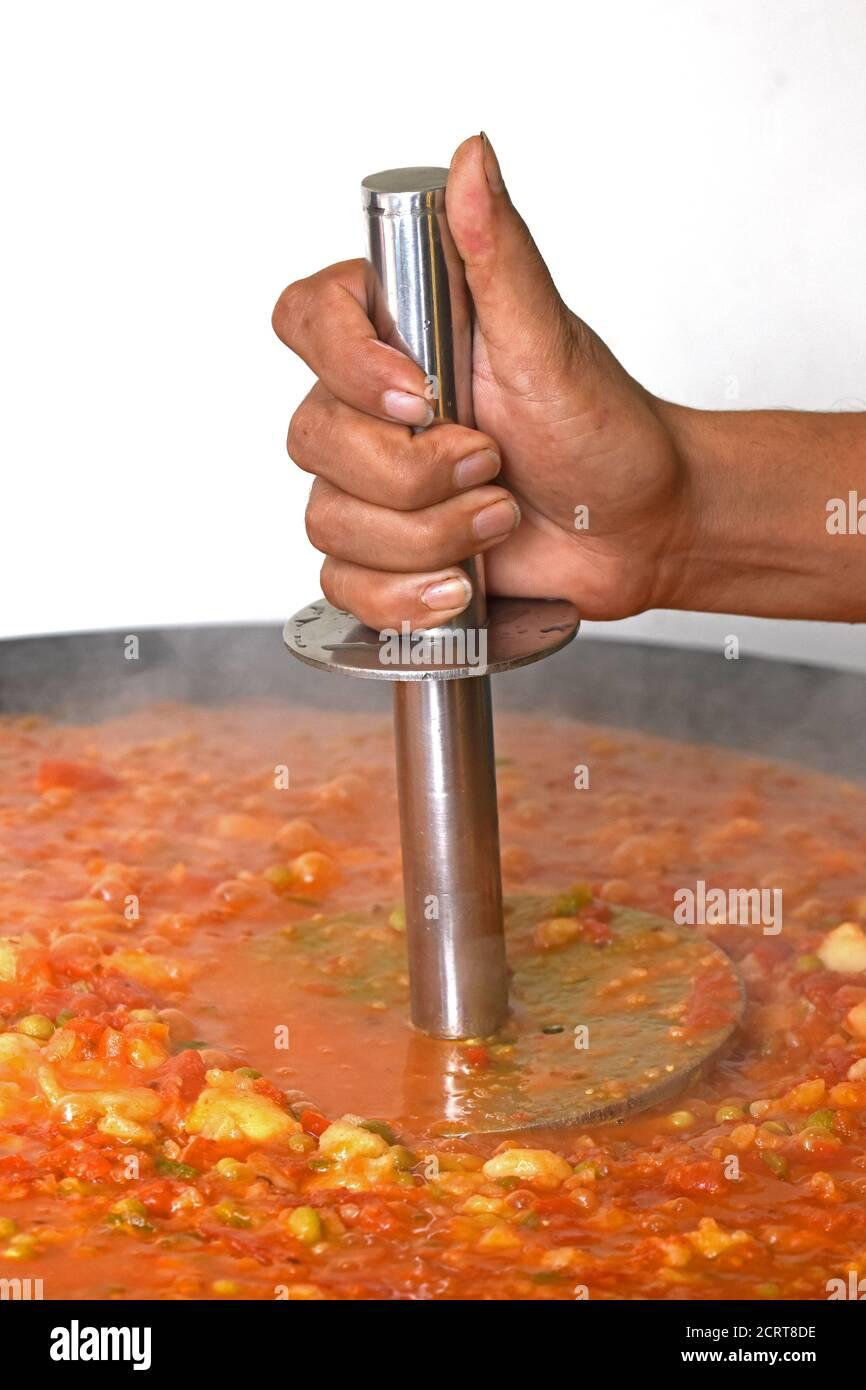 PAV Bhaji cocido en las calles de la India, India Mumbai comida Pav bhaji, Pav Bhaji es un plato de comida rápida de la India, curry vegetal espeso y picante, Foto de stock