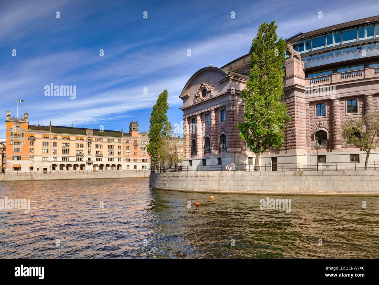 16 de septiembre de 2018: Estocolmo, Suecia - Casa del Parlamento junto a la vía fluvial Lilla Vartan en un soleado día de otoño, con vistas al agua. Foto de stock