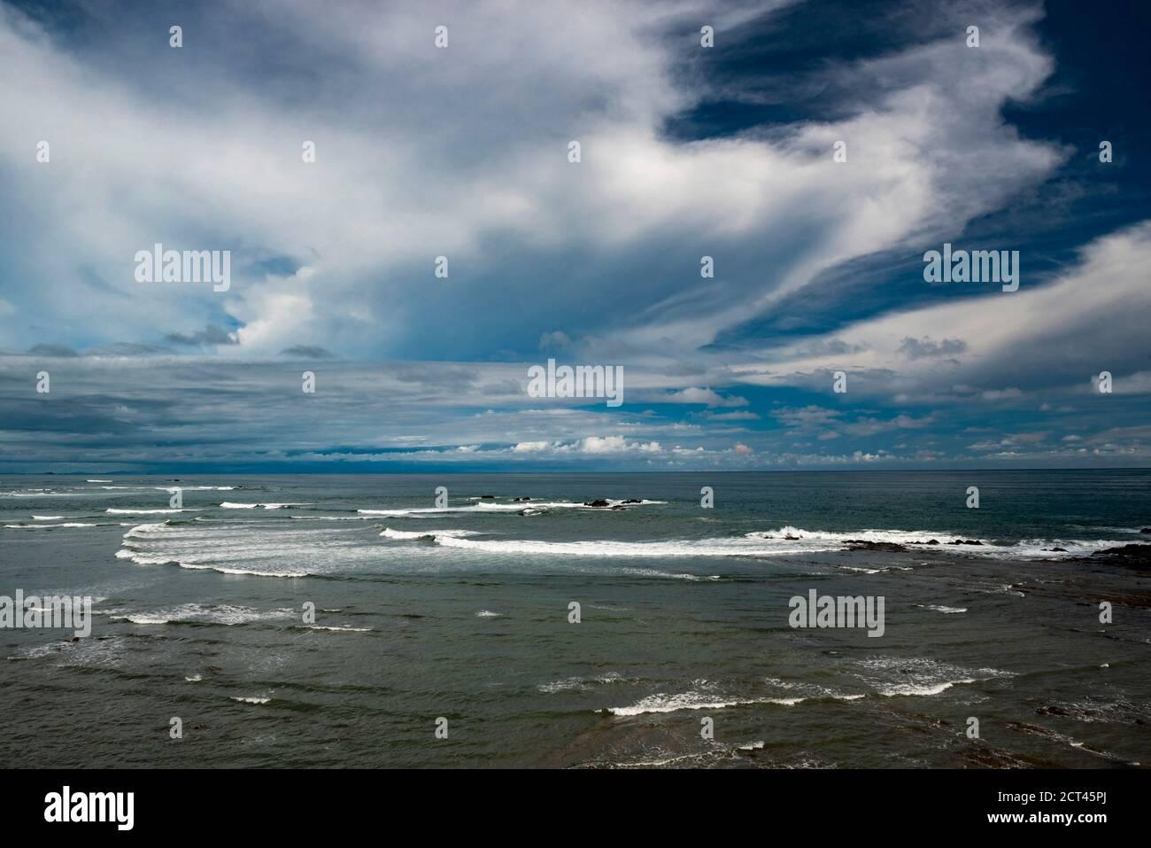 Espectacular paisaje costero con nubes y océano en Dominical, cerca de Uvita, Provincia de Puntarenas, Costa pacífica de Costa Rica Foto de stock