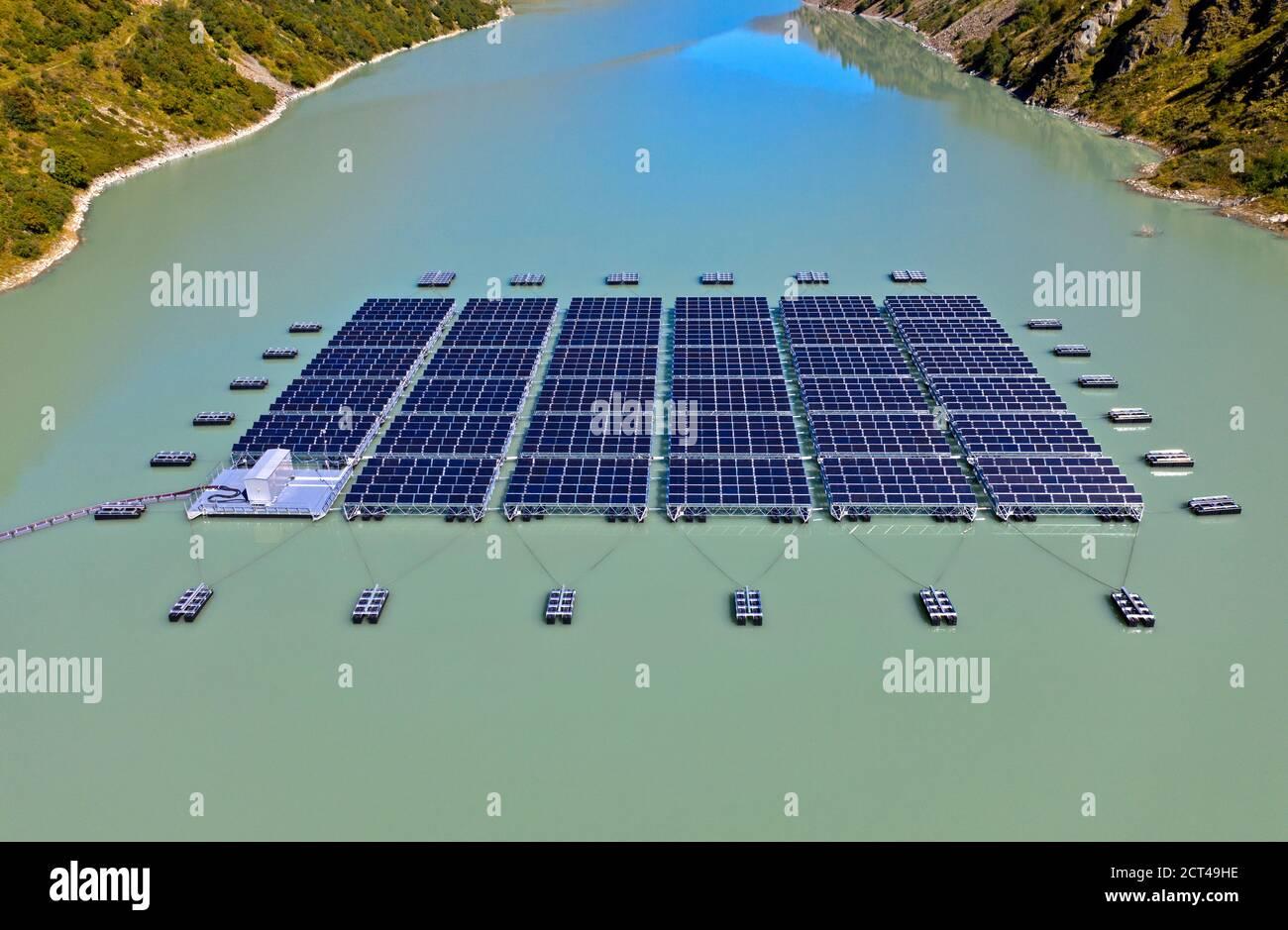 Primera planta de energía solar flotante a gran altura en Suiza, Lac des Toules, Bourg-Saint-Pierre, Valais, Suiza Foto de stock