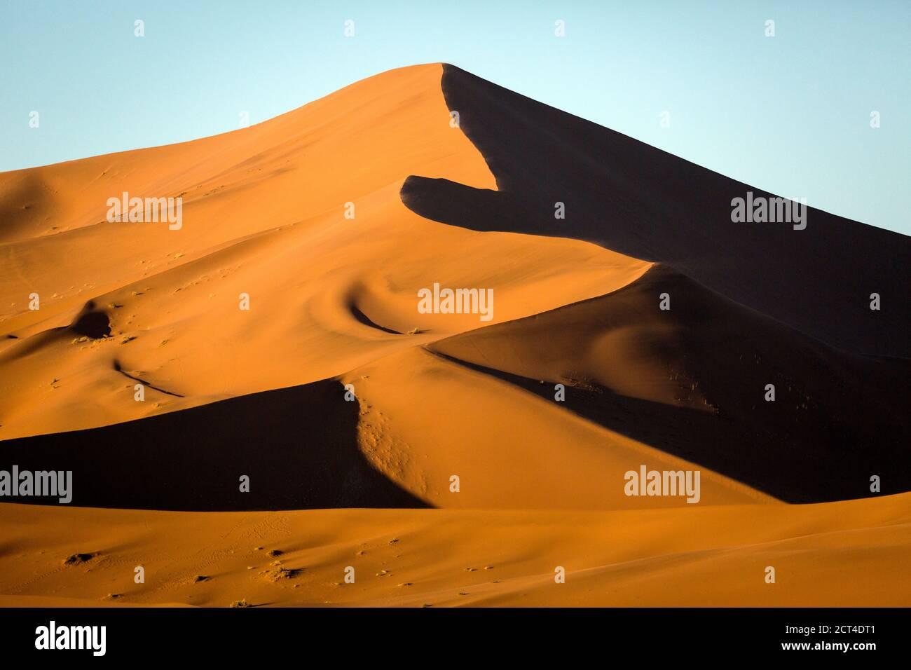 Dunas de arena roja bajo la luz de la mañana en Sossusvlei, Namibia. Foto de stock