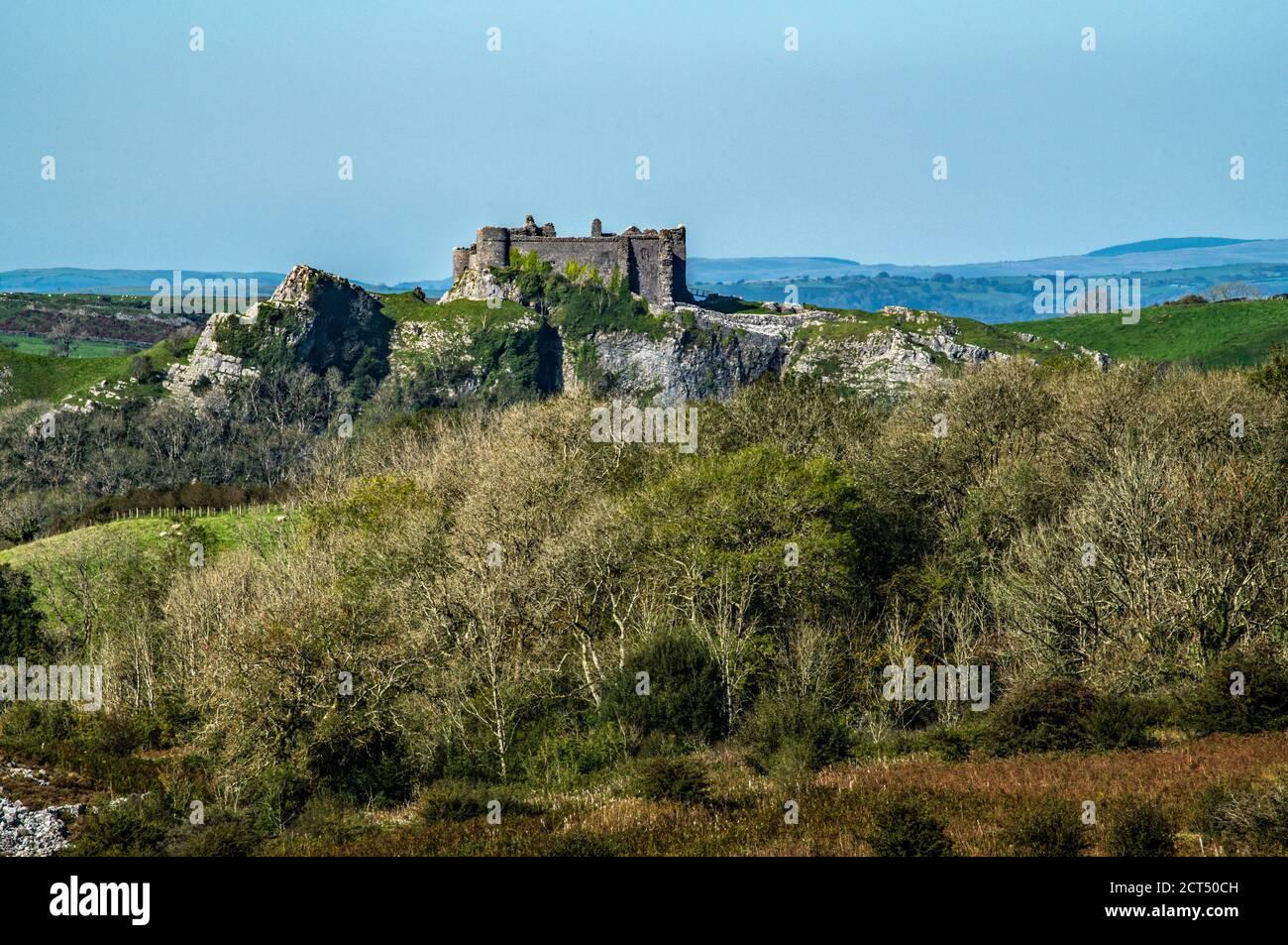 Castillo de Carreg Cennen en el Parque Nacional Brecon Beacons, Carmarthenshire, Gales Foto de stock