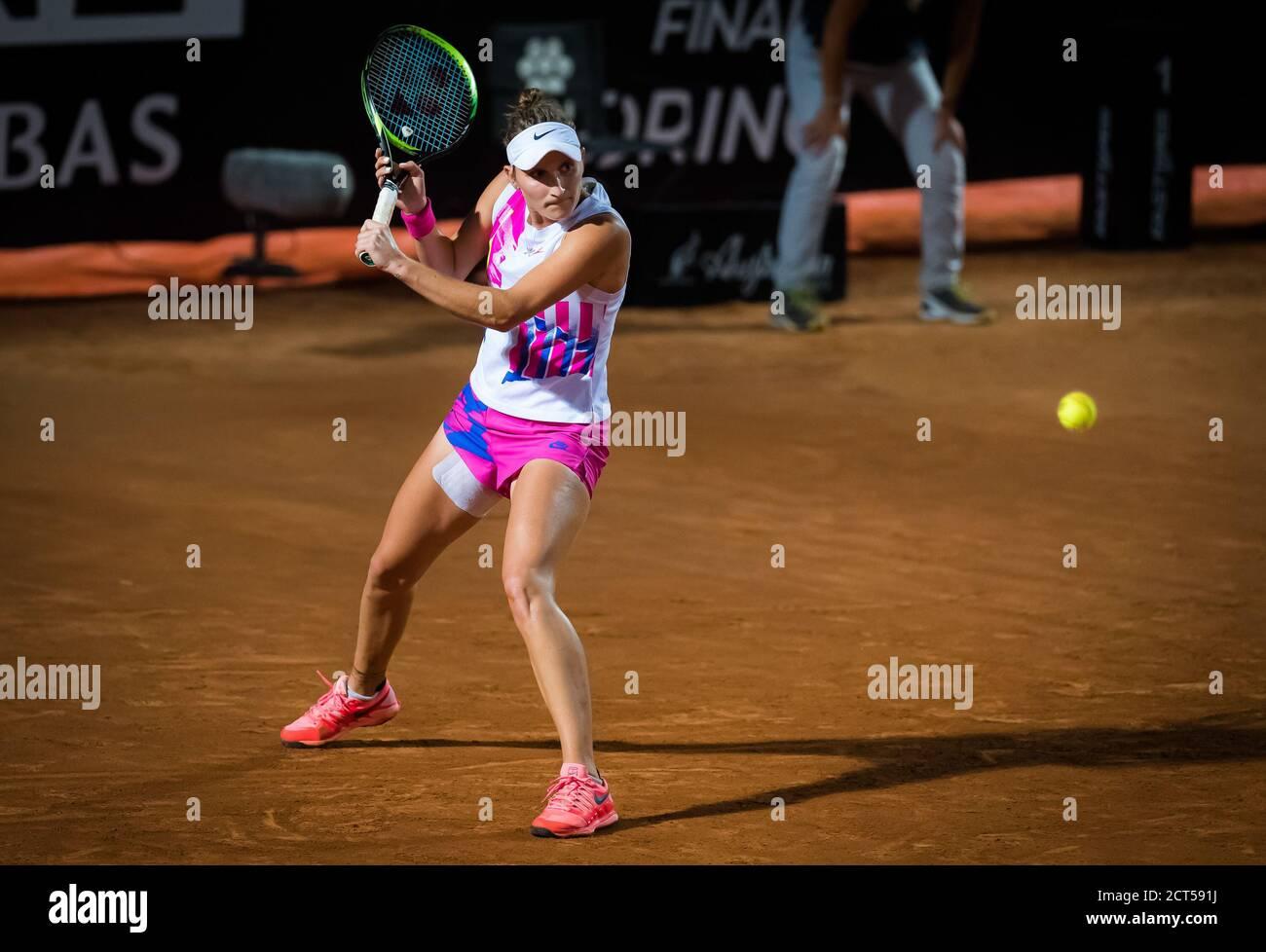 Marketa Vondrousova de la República Checa en acción durante ella Su partido cuarto-final en el 2020 Internazionali BNL d'Italia WTA Premier 5 tenis a. Foto de stock