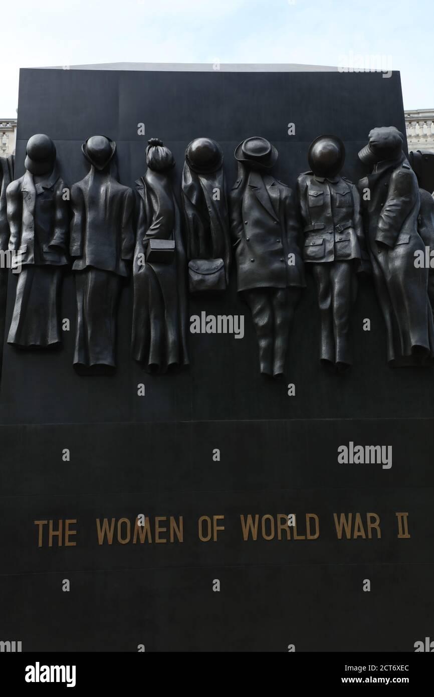 Primer plano del Monumento a la Guerra en honor al papel que las mujeres jugaron durante la Segunda Guerra Mundial se ve en Whitehall, Londres, Reino Unido. Foto de stock