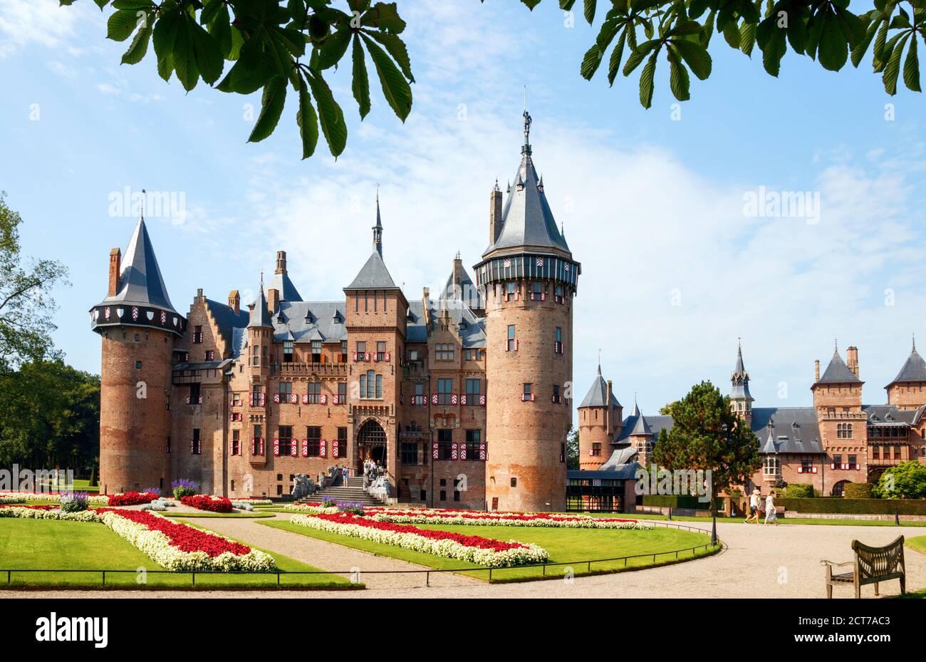 Haarzuilens. Castillo el Haar y los jardines de los alrededores en un día soleado. Lado de entrada del edificio. Utrecht, países Bajos. Foto de stock