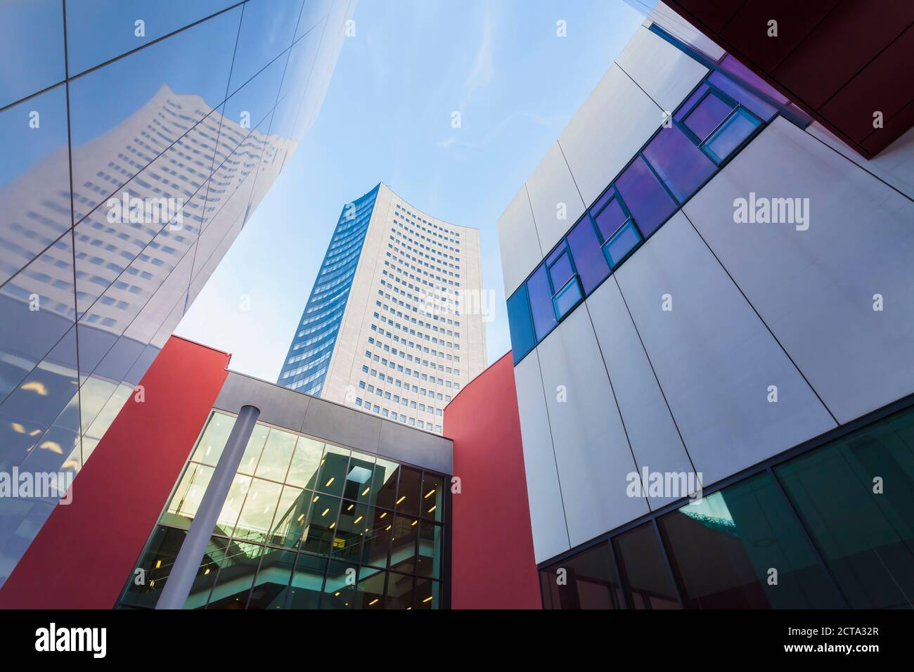 Alemania, en el Estado federado de Sajonia, Leipzig, arquitectura moderna en la universidad y City-Hochhaus Foto de stock