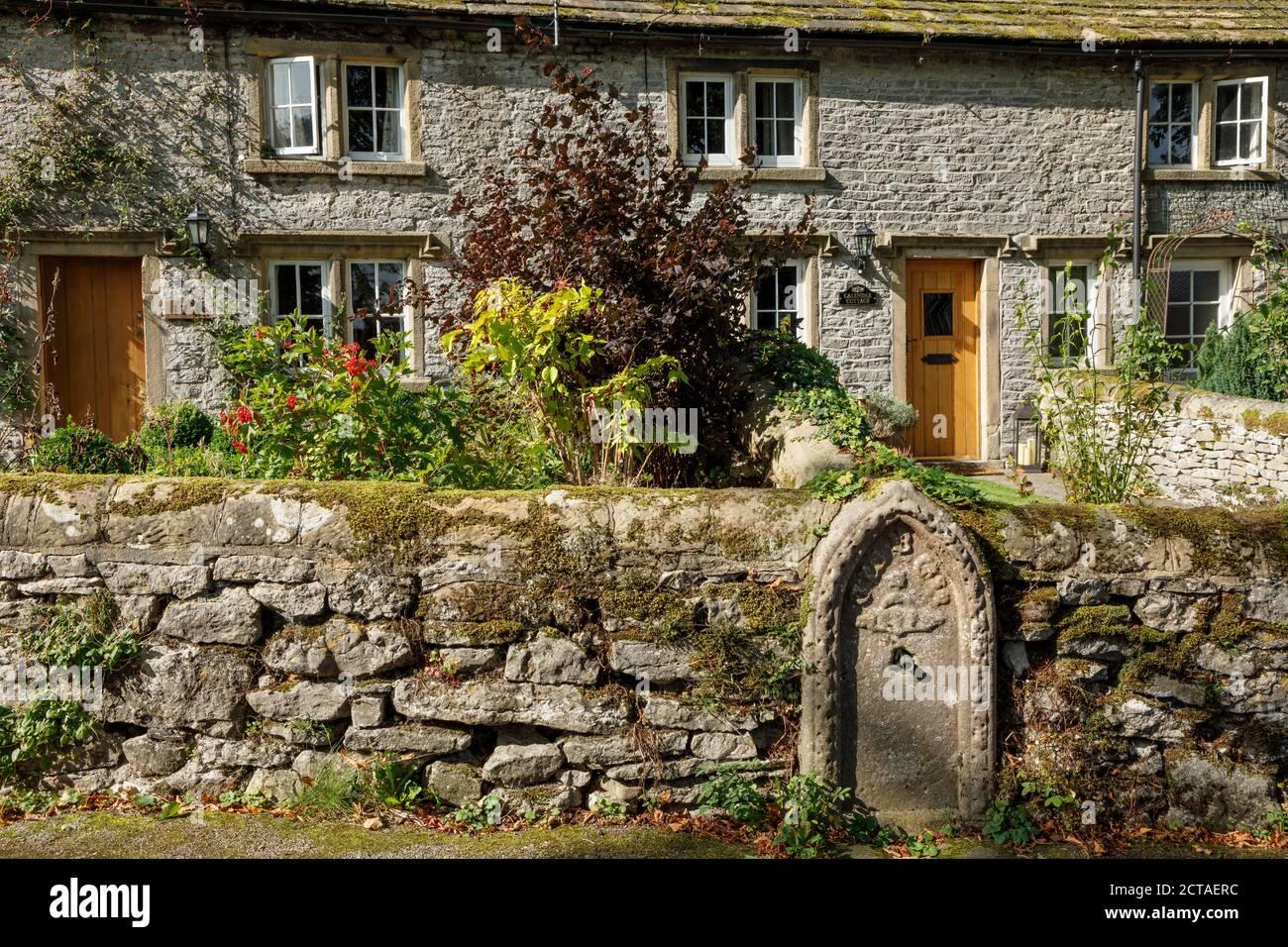Un viejo pozo en el pueblo de Middleton-by-Youlgrave, Parque Nacional del Distrito de los Picos, Derbyshire Foto de stock