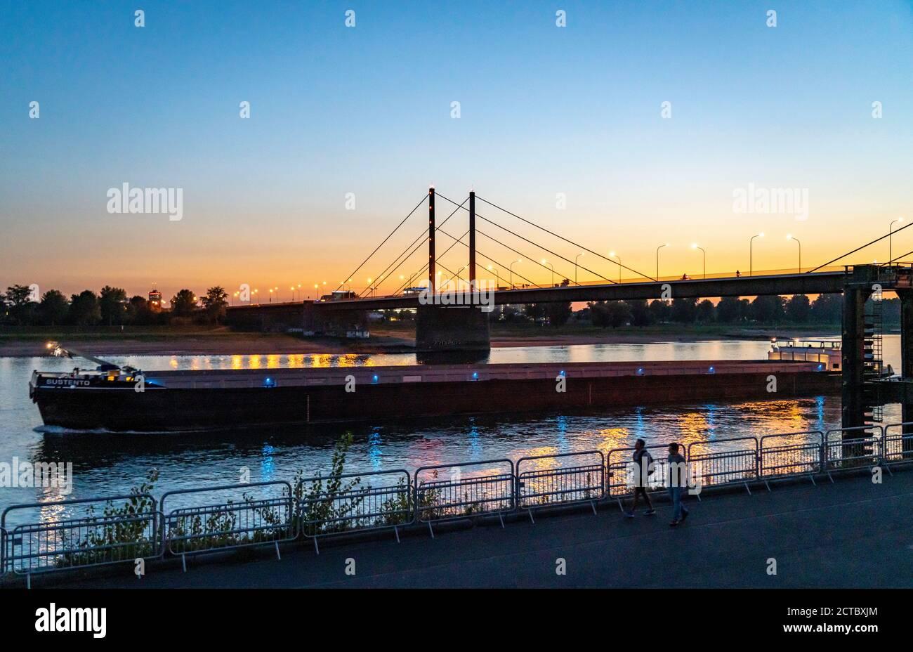 Horizonte de Düsseldorf en el Rin, puente Theodor Heuss, puesta de sol, Düsseldorf, NRW, Alemania, Foto de stock