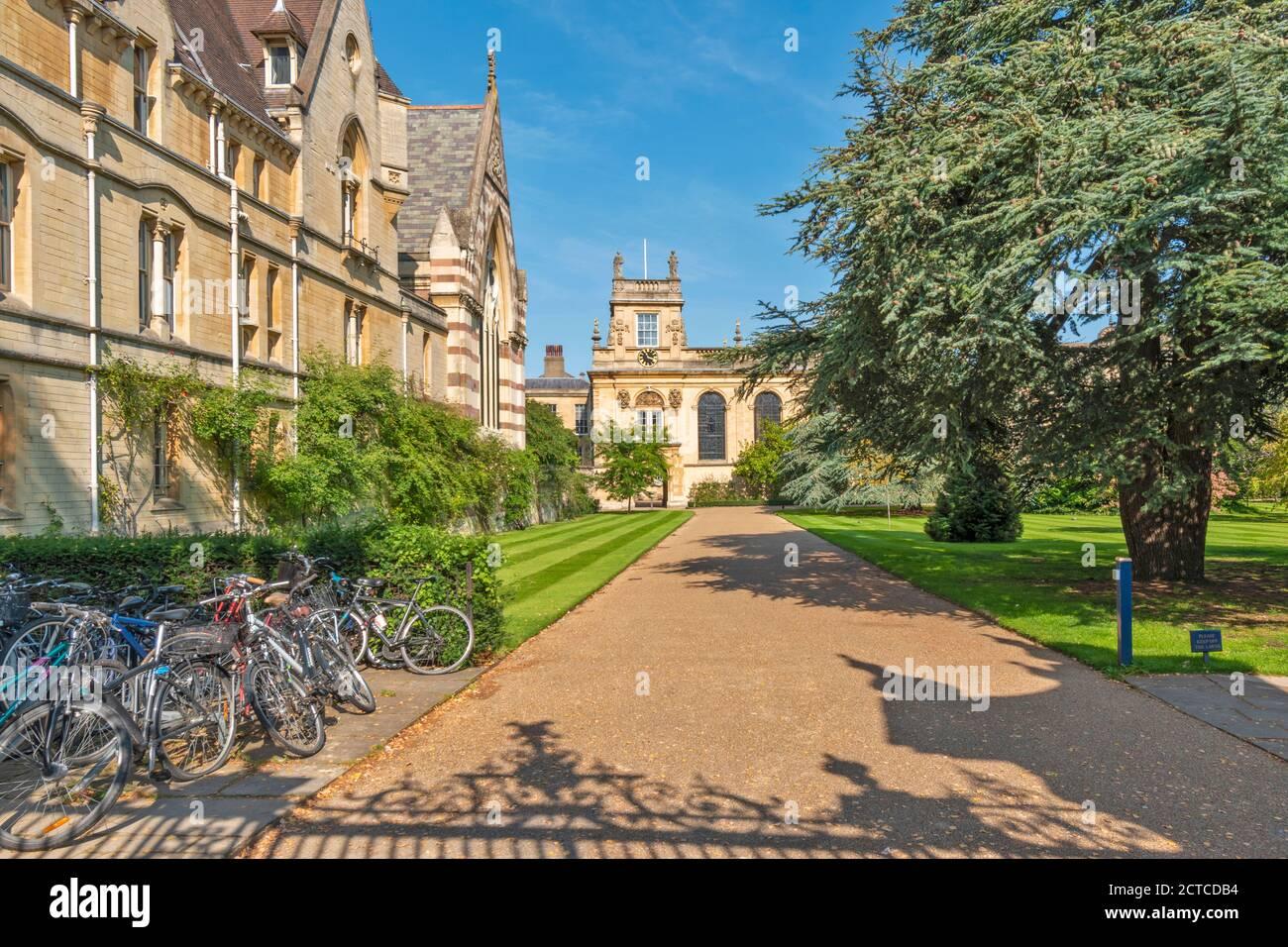 OXFORD CITY ENGLAND BALLIOL COLLEGE MIRANDO A TRAVÉS DE LAS PUERTAS LOS JARDINES Foto de stock