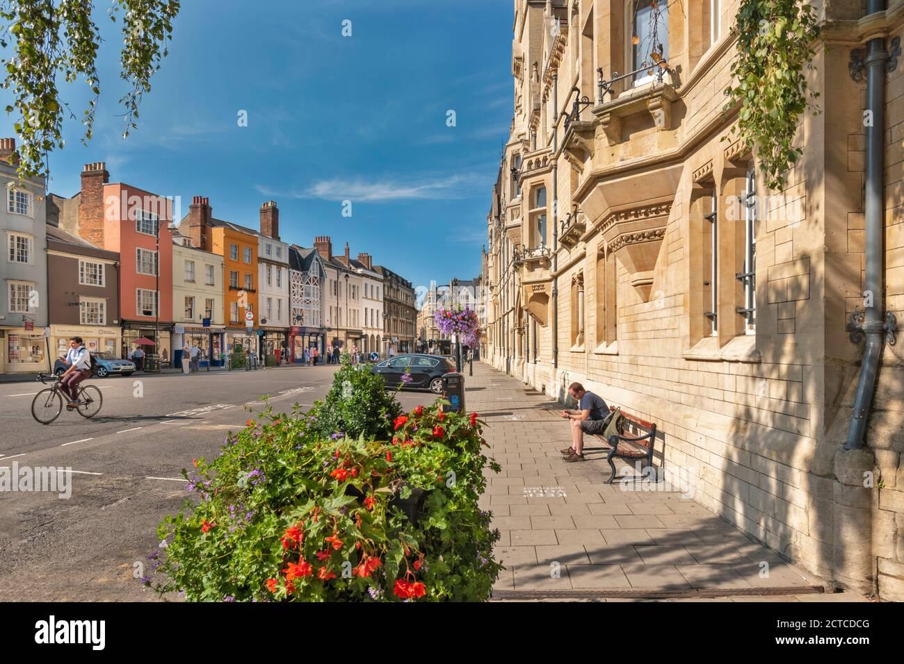 OXFORD CITY ENGLAND BALLIOL COLLEGE A LA DERECHA EN AMPLIO CALLE Y FILA DE CASAS DE COLORES FLORES Y TIENDAS EN VERANO Foto de stock