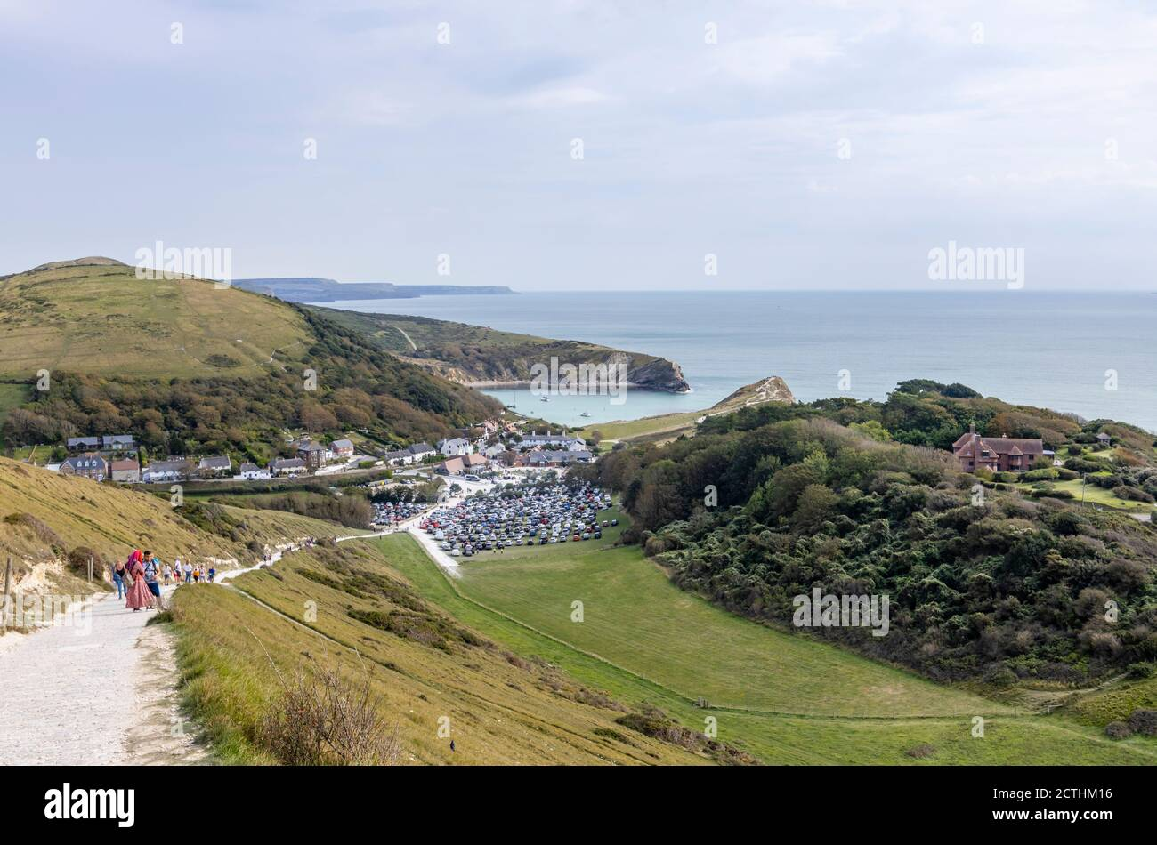 Vista panorámica de la costa desde la cima de un acantilado de Lulworth Cove y el South West Coast Path en el sitio de Patrimonio de la Humanidad de la Costa Jurásica en Dorset, al suroeste de Inglaterra Foto de stock