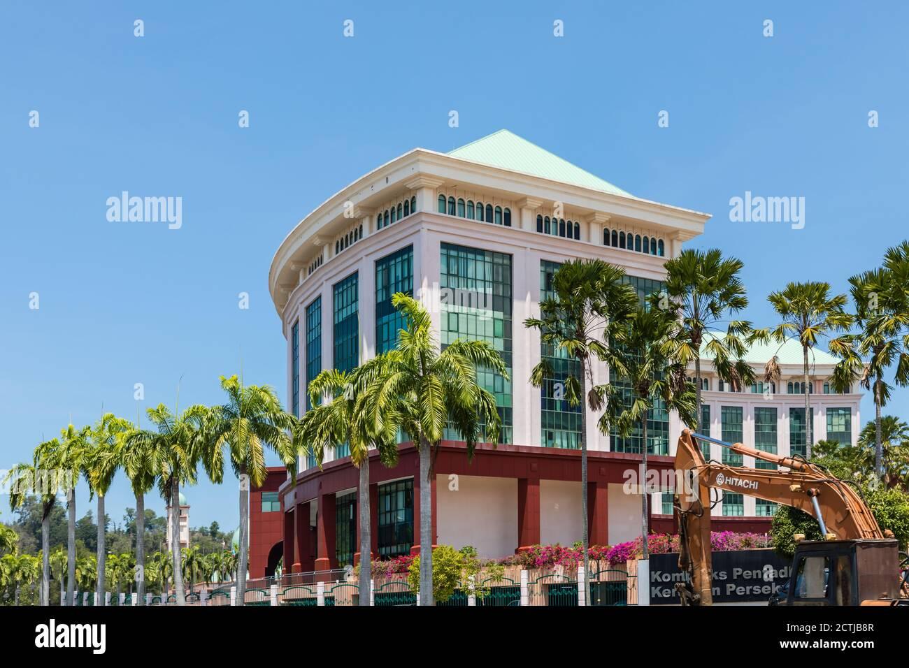Bloque B del complejo de la Administración Federal (conocido por su apodo 'Little Putrajaya'). El bloque B alberga el Departamento de Inmigración de Sabah Foto de stock