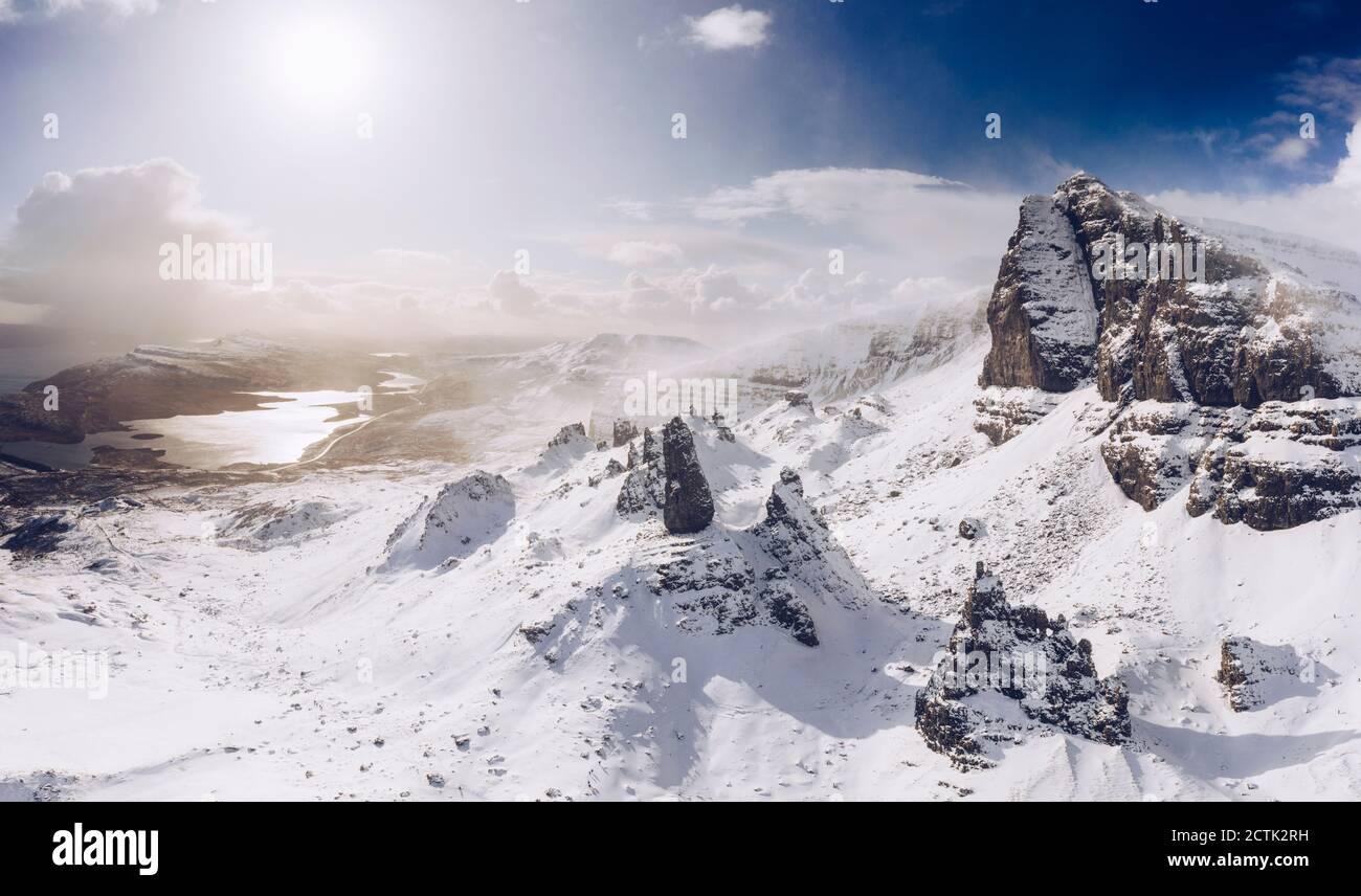 Reino Unido, Escocia, Drone vista de Old Man of Storr en invierno Foto de stock