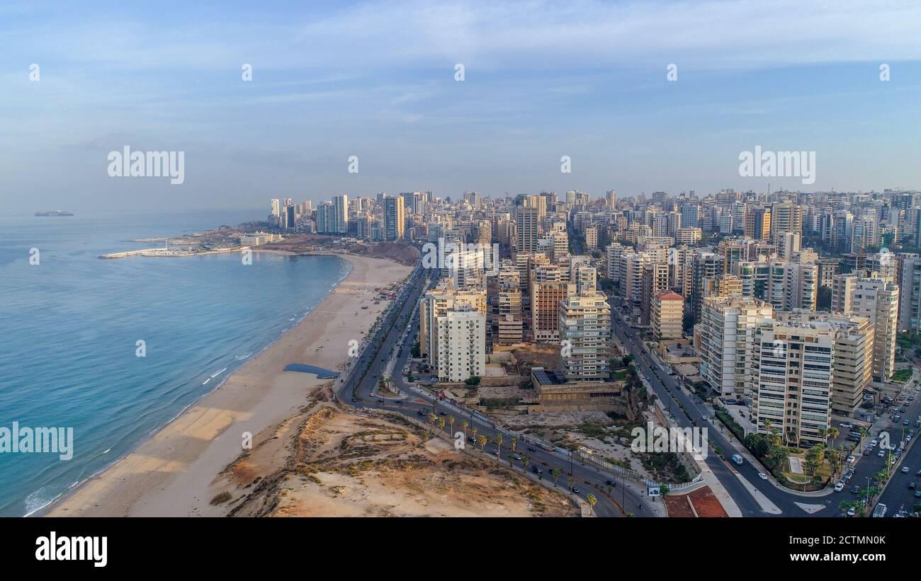 Vista aérea de la ciudad de Beirut Vista del paisaje urbano y playa de arena Foto de stock