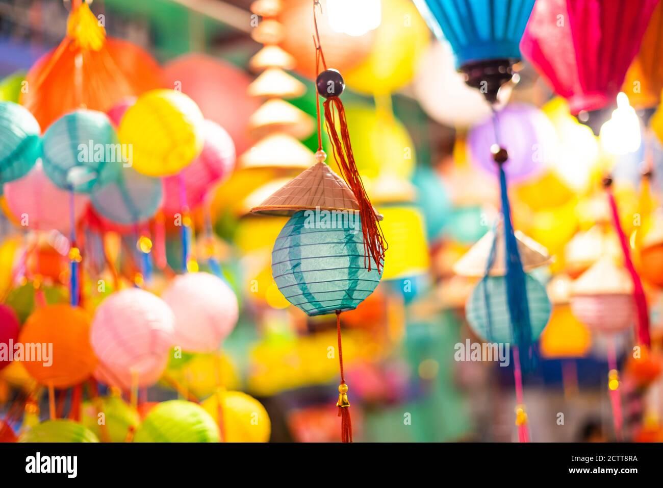 Faroles coloridos decorados colgando en un stand en las calles de Cholon en Ciudad Ho Chi Minh, Vietnam durante el Festival de mediados de Otoño. Idioma chino en p Foto de stock