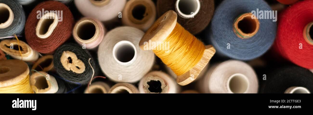 Vista de la cosecha de diferentes molinos de algodón de colores, temas de costura Foto de stock