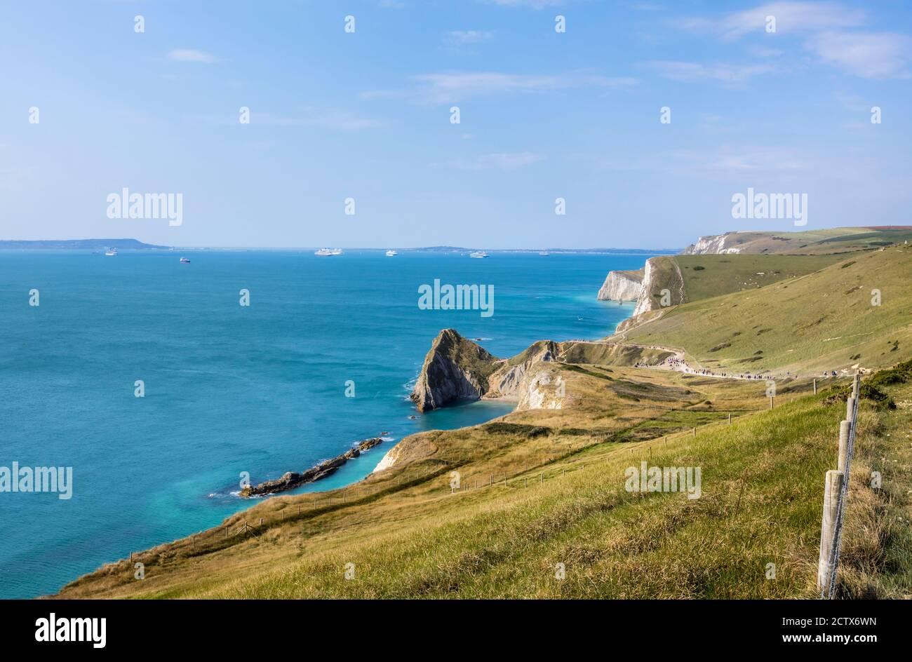 Vista panorámica de la costa desde el camino de la costa suroeste Desde Lulworth Cove hasta Durdle Door en la Costa Jurásica Patrimonio de la Humanidad en Dorset Foto de stock