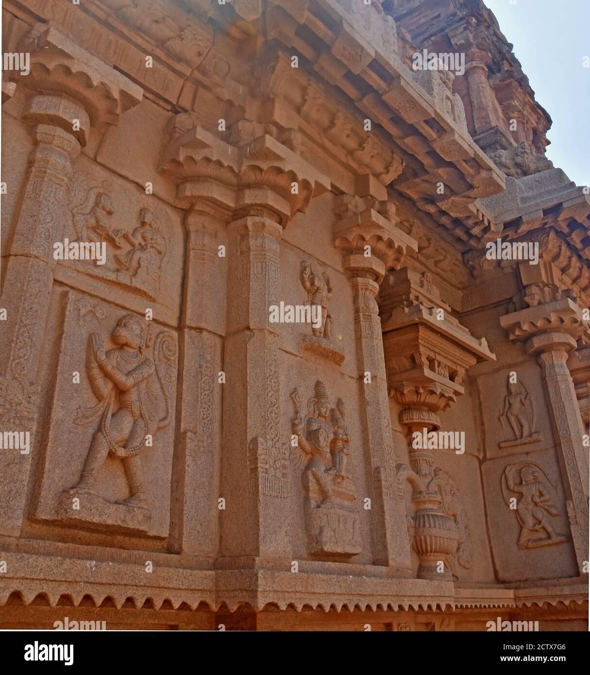 Detalles del templo Hazara Rama entre las ruinas de Hampi del imperio Vijayanagara del siglo XIV en Hampi, Karnataka, India. Patrimonio de la Humanidad de la UNESCO Sit Foto de stock
