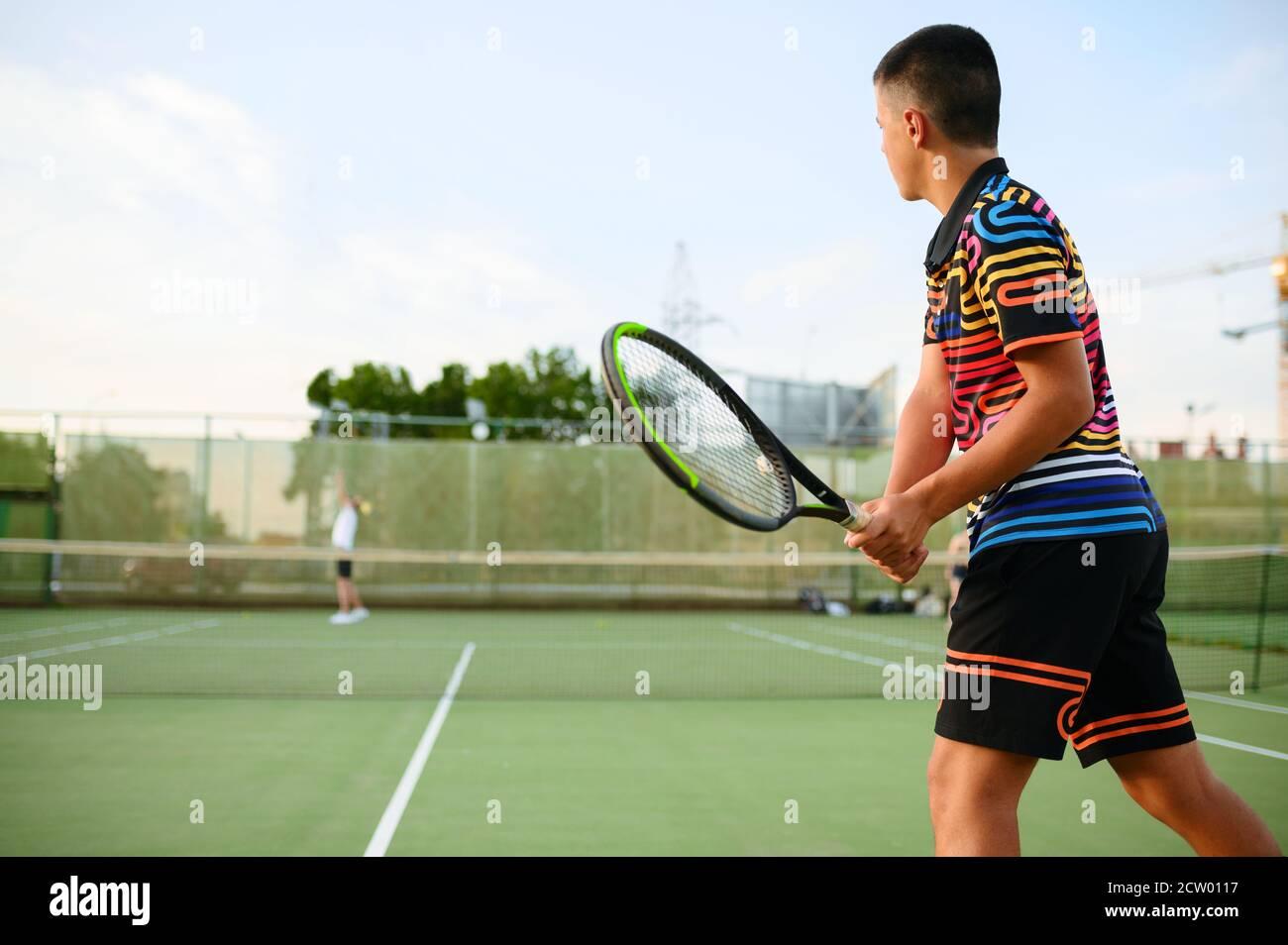 Jugadores de tenis atléticos, entrenamiento en cancha al aire libre Foto de stock