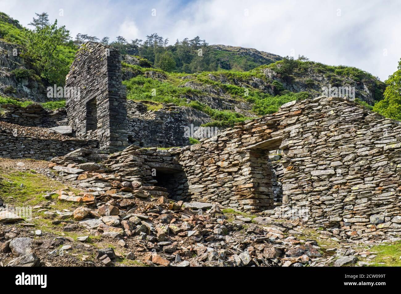 Los restos en ruinas de edificios a mitad de camino en la orilla del valle de Tilberthwaite en el Distrito de los Lagos. Estos bien pueden haber sido edificios de canteras. Foto de stock
