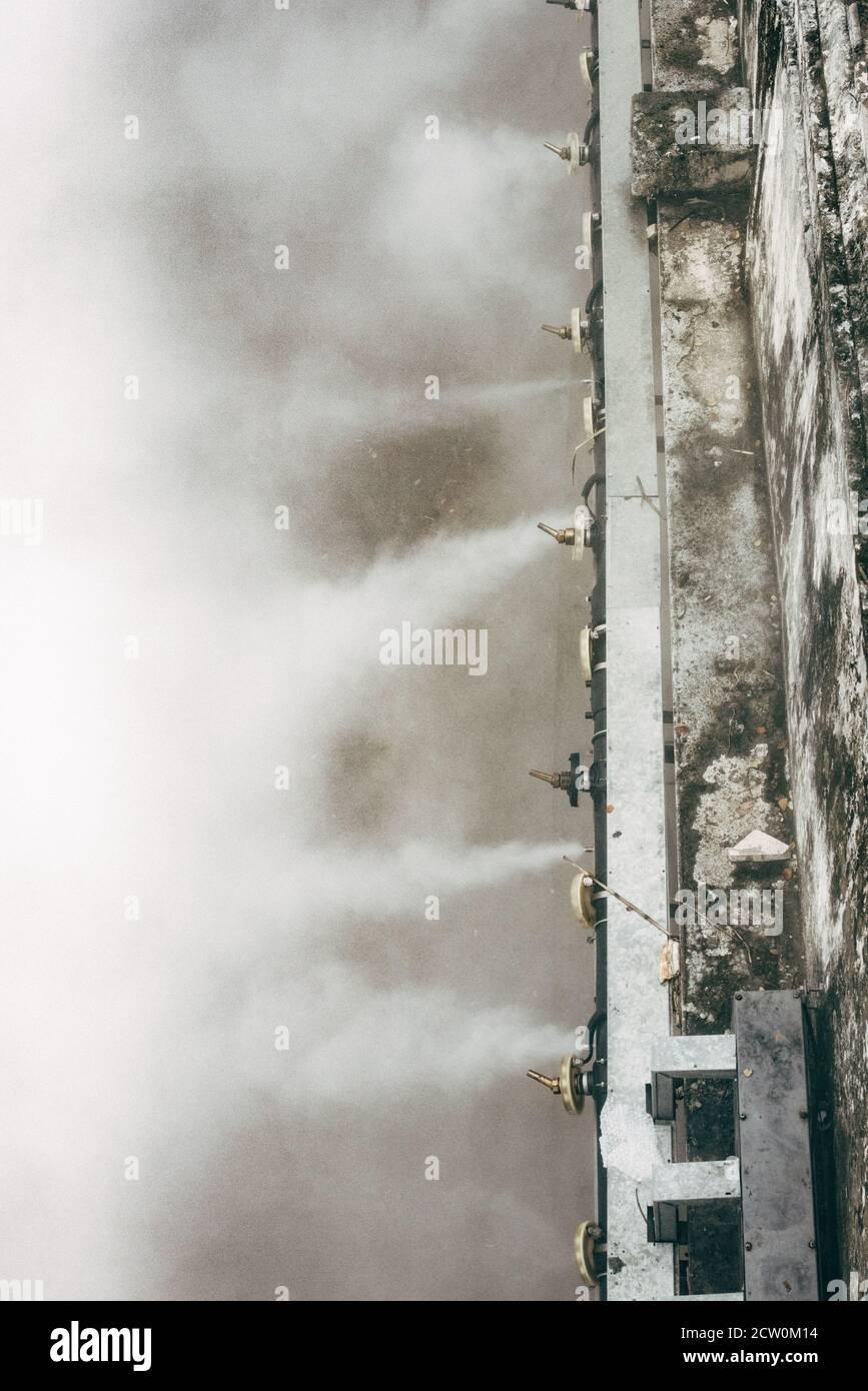 Aguas residuales que bombean vapor en la ciudad hacia el río cercano. Foto de stock