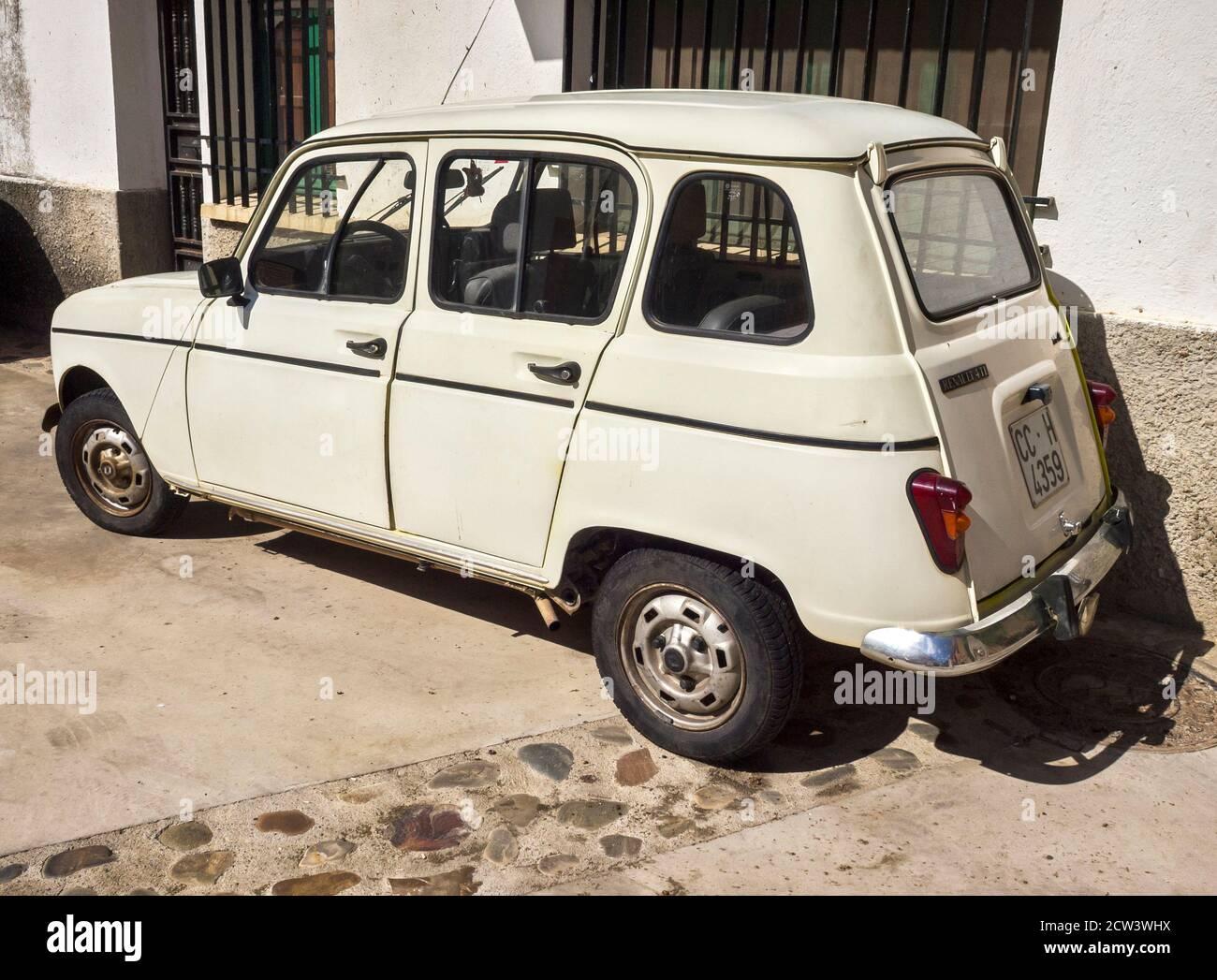 Antiguo Renault 4L en Galisteo. Cáceres. Extremadura. España Foto de stock