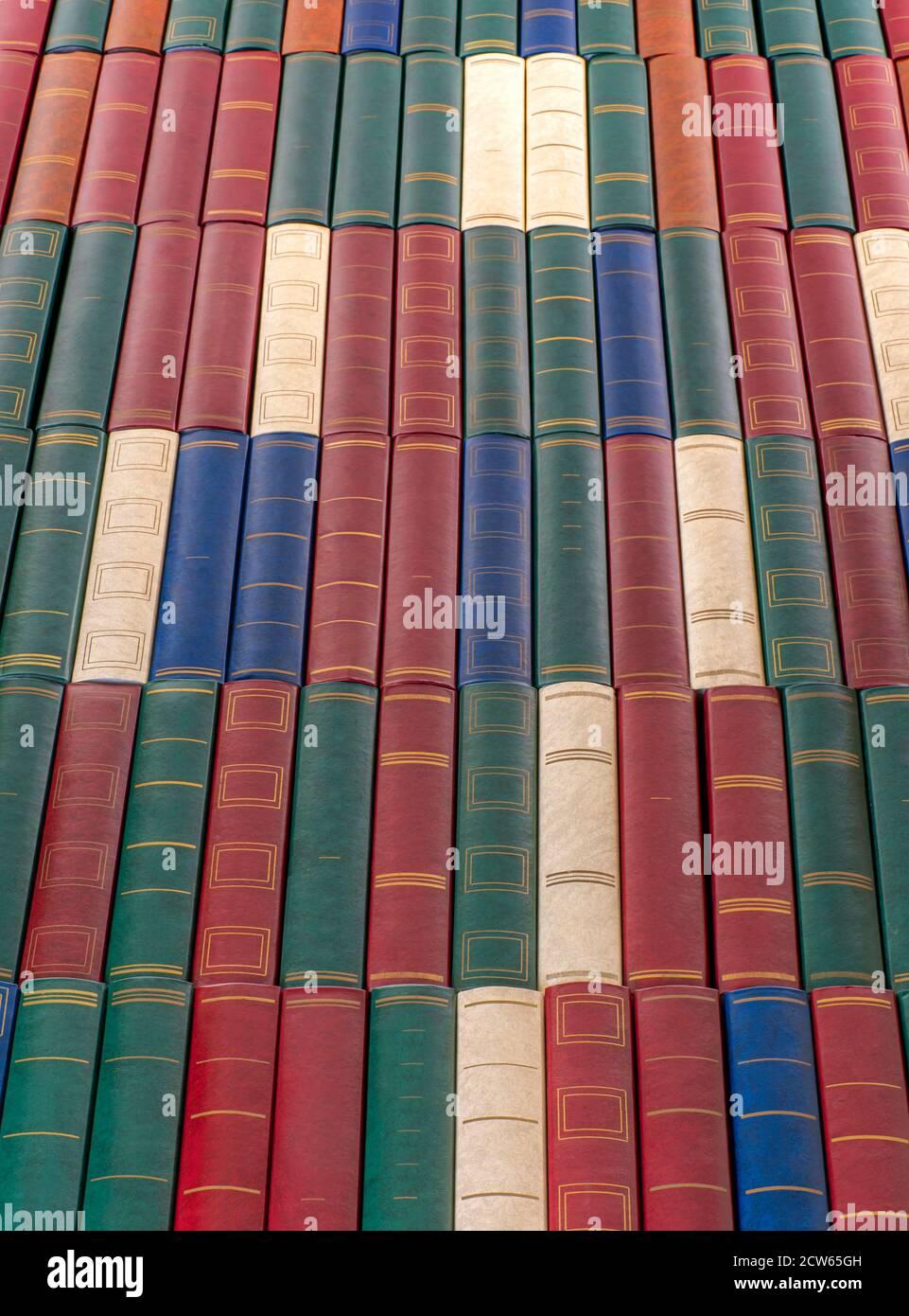 Muchos libros. Concepto de educación y conocimiento. Foto vertical. Foto de stock