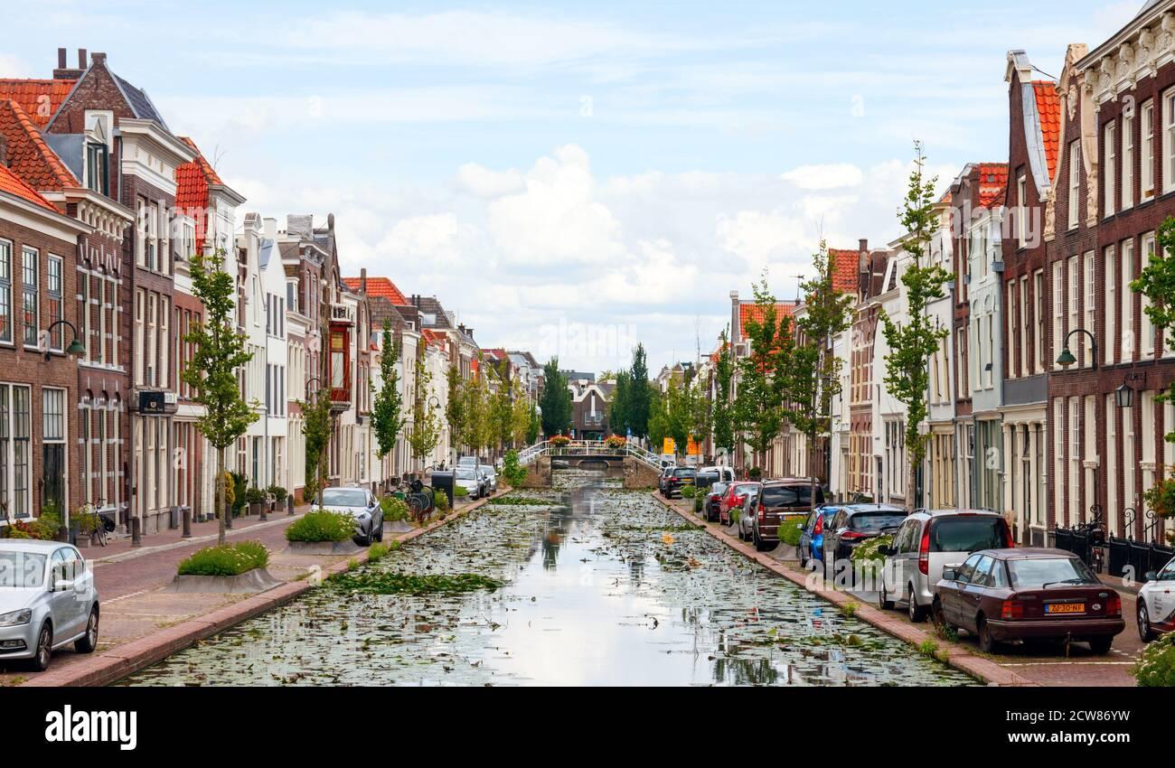 Vista del centro histórico de la ciudad de Gouda. Calle Turfmarkt con un hermoso canal y casas tradicionales. Holanda del Sur, Holanda. Foto de stock