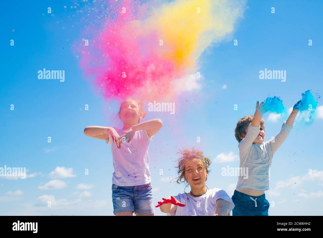 Niños pintados en los colores de Holi festival. Foto de stock