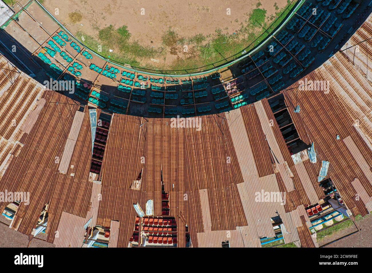 Vista aérea de los stands, asientos y campo de juego del antiguo estadio de béisbol Abelardo L. Rodríguez. Este fue el estadio del equipo de Oscioneros de Guaymas, con capacidad para cinco mil espectadores. Actualmente en abandono y deterioro, el complejo es el estadio más grande de la región de Guaymas-Empalme. Liga Mexicana del Pacífico, LMP. Diamante de béisbol, campo de béisbol, vista aérea, techo (Foto: Luis Gutiérrez por NortePhoto.com) Vista aérea de gradas, butacas y terreno de juego del viejo estadio de beisbol Abelardo L. Rodríguez, este fue el estadio del equipo Oscioneros de Guaymas, con Foto de stock