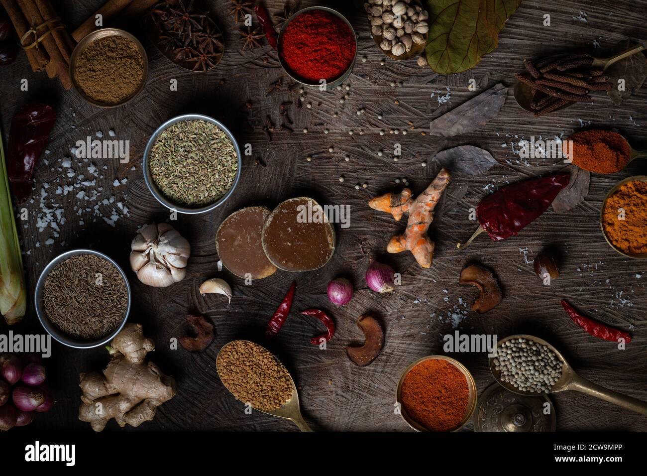 Condimento de comida india Especias adornan el fondo sobre la vista superior de la mesa de madera. Condimentos de la cocina asiática de hierbas orgánicas sabor en tabla de cocina, Chile. Foto de stock