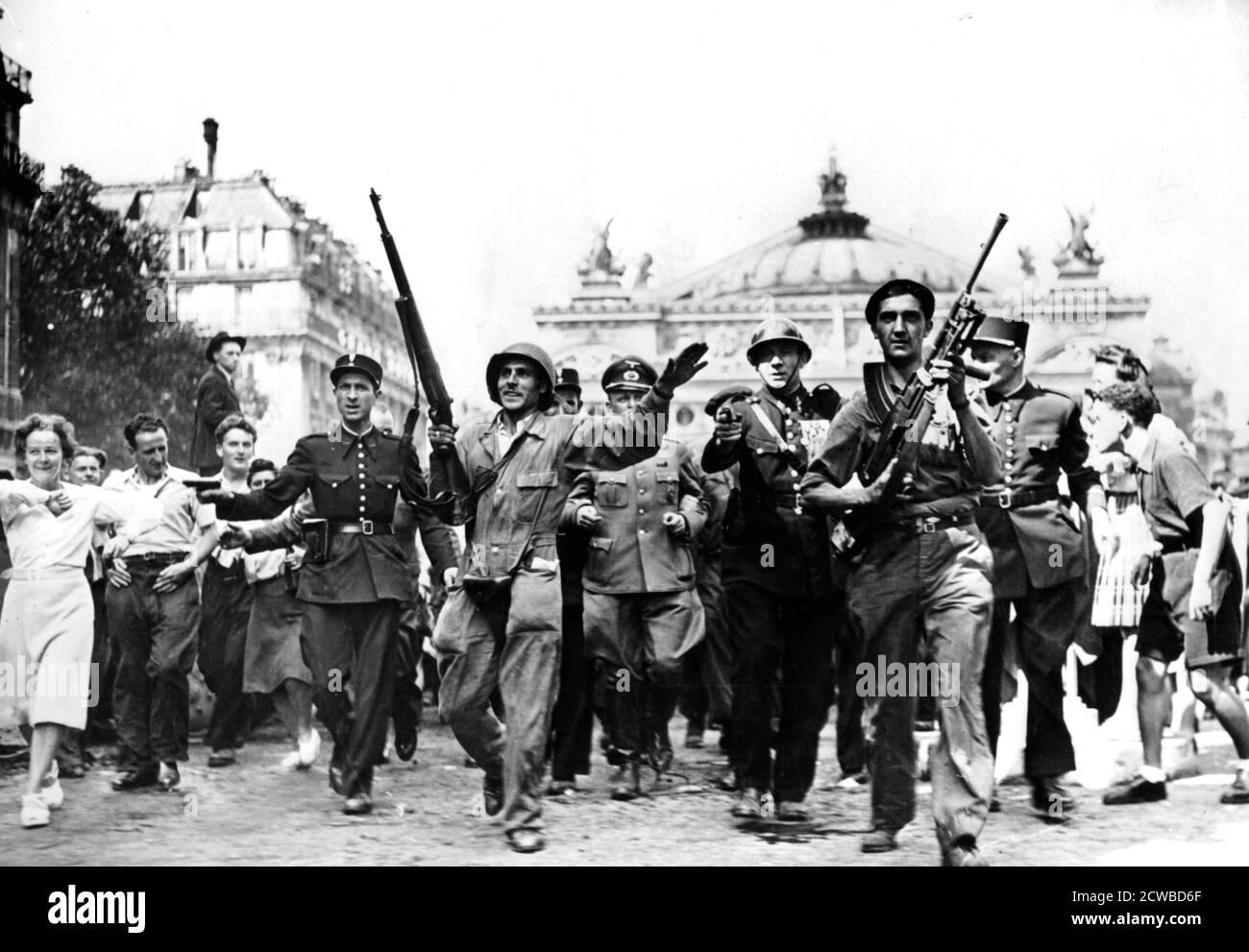 Liberación de París, 25 de agosto de 1944. Gendarmes, soldados y combatientes de la resistencia escoltando a prisioneros alemanes a través de multitudes de civiles jubilosos frente a la Ópera. El fotógrafo es desconocido. Foto de stock