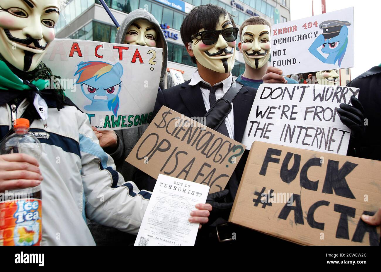 """Protesters wearing Guy Fawkes masks mask, made popular by the graphic novel """"V for Vendetta"""", take part in a demonstration against ACTA (Anti-Counterfeiting Trade Agreement) in Vienna, February 25, 2012.  Protesters fear that ACTA will curtail freedom of expression, curb their freedom to download movies and music for free and encourage Internet surveillance.   REUTERS/Lisi Niesner (AUSTRIA - Tags: POLITICS CIVIL UNREST) Foto de stock"""