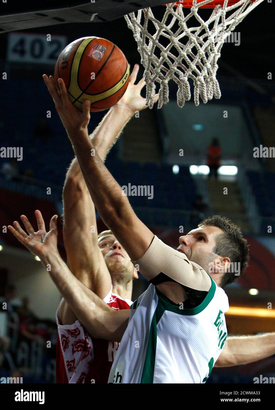 Slovenia's Sani Becirovic (R) goes up to the basket under pressure from Russia's Goran Jagodnik (L) during their FIBA Basketball World Championship game in Istanbul September 11, 2010.                            REUTERS/Mark Blinch  (TURKEY  - Tags: SPORT BASKETBALL) Foto de stock