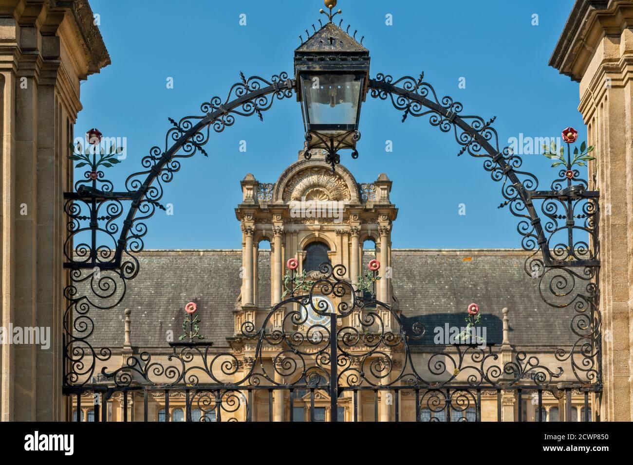 OXFORD CITY INGLATERRA PUERTA ORNAMENTADA DEL EXAMEN DE LA UNIVERSIDAD DE OXFORD ESCUELAS Foto de stock