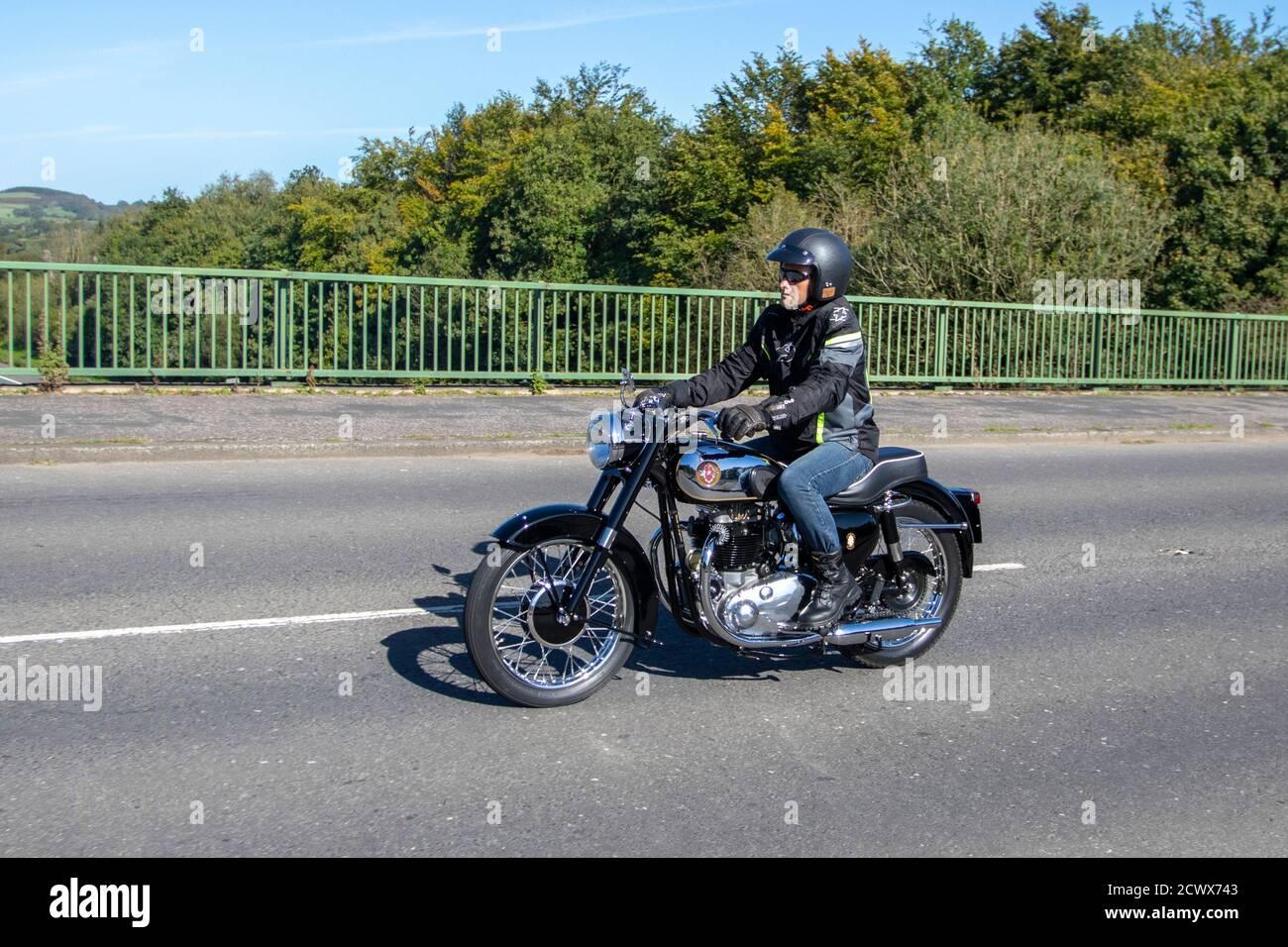 1958 650cc BSA goldenflash motociclista; dos ruedas de transporte, motocicletas, vehículos, carreteras, motocicletas, motociclistas motoristas en Chorley, Reino Unido Foto de stock