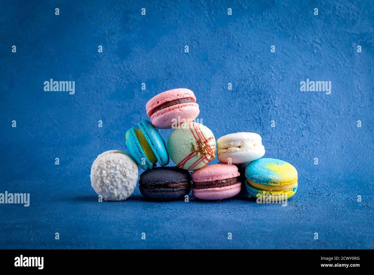 Montón de surtido de colores de macarons, postre dulce francés tradicional Foto de stock