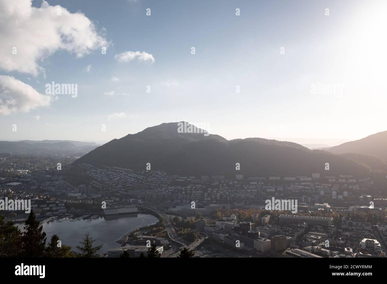 Montañas con paisaje urbano desde gran ángulo. Bergen, Noruega. Foto de stock