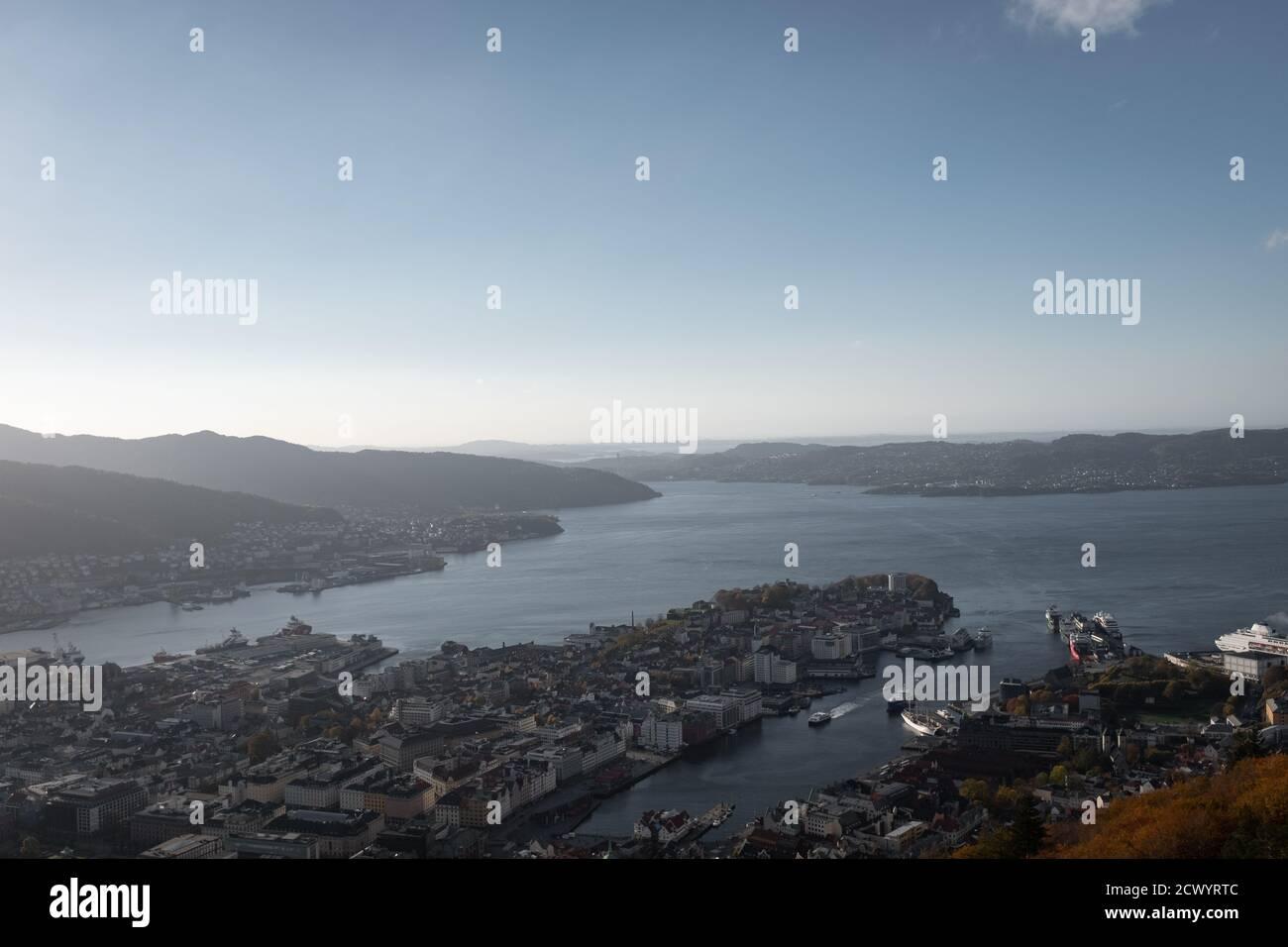Paisaje urbano de Bergen Noruega mirando al fiordo y las montañas. Vista aérea. Foto de stock