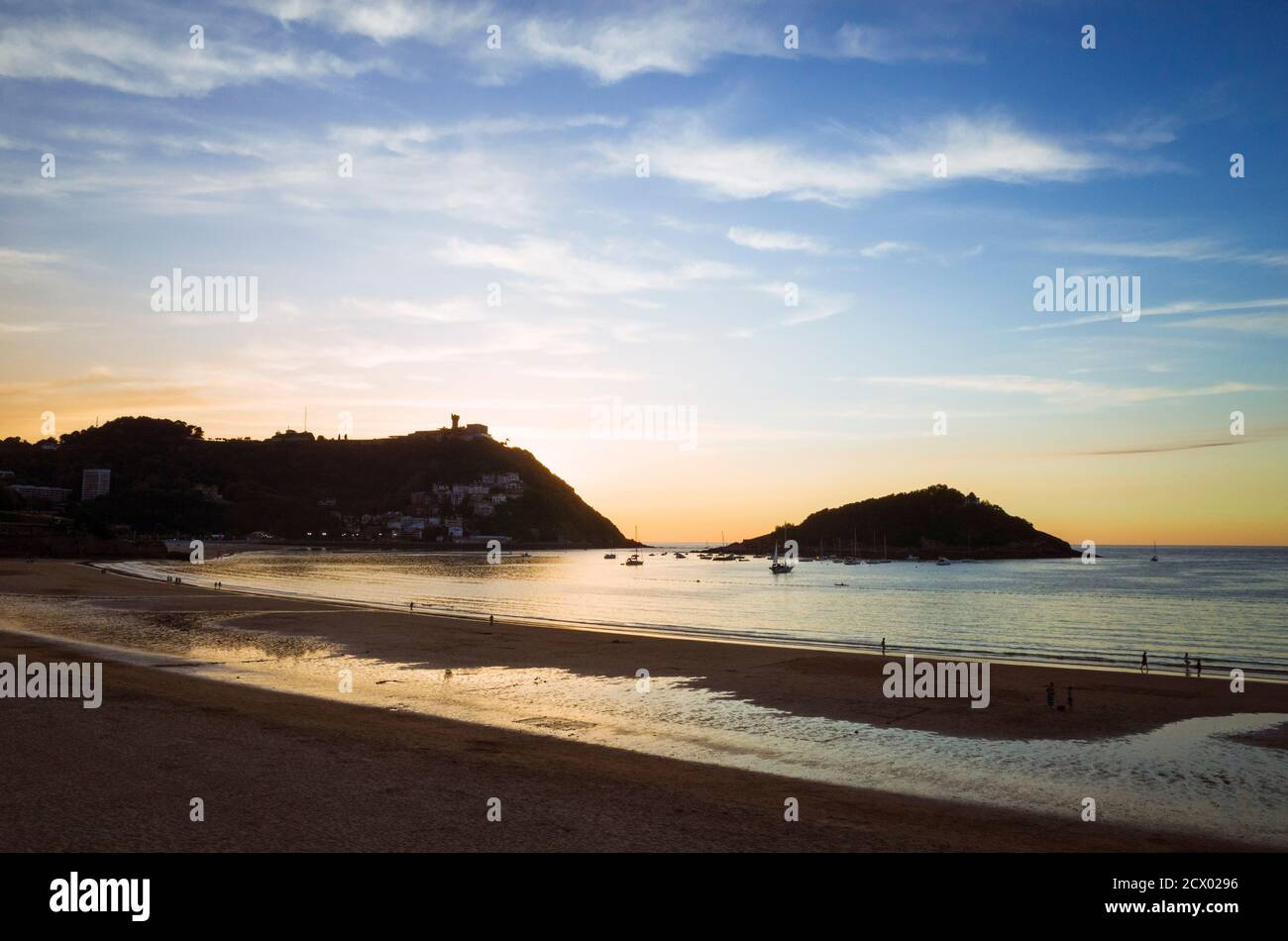Donostia, Gipuzkoa, país Vasco, España - 12 de julio de 2019 : puesta de sol sobre la playa de la Concha. Montaña Igeldo en el fondo. Foto de stock