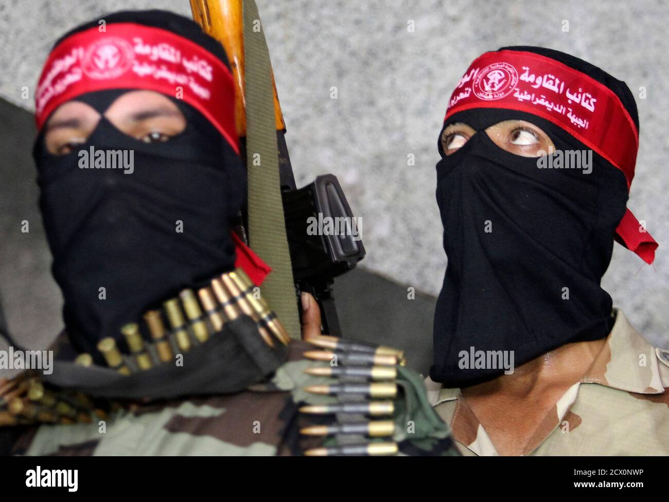 Palestinian militants from the Popular Front for the Liberation of Palestine (PFLP) take part in a news conference in Gaza City August 27, 2014. An open-ended ceasefire in the Gaza war between Israel and the Palestinians held on Wednesday as Prime Minister Benjamin Netanyahu faced strong criticism in his country's newspapers over a campaign in which no clear victor emerged. REUTERS/Ahmed Zakot (GAZA - Tags: POLITICS CIVIL UNREST CONFLICT) Foto de stock