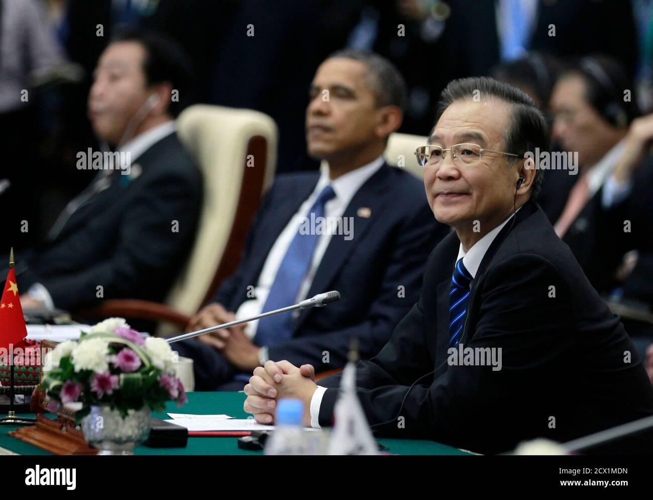 China's Premier Wen Jiabao (R) sits alongside U.S. President Barack Obama (2nd R) and Japan's Prime Minister Yoshihiko Noda during the East Asia Summit plenary session in Phnom Penh, November 20, 2012.   REUTERS/Jason Reed   (CAMBODIA - Tags: POLITICS) Foto de stock