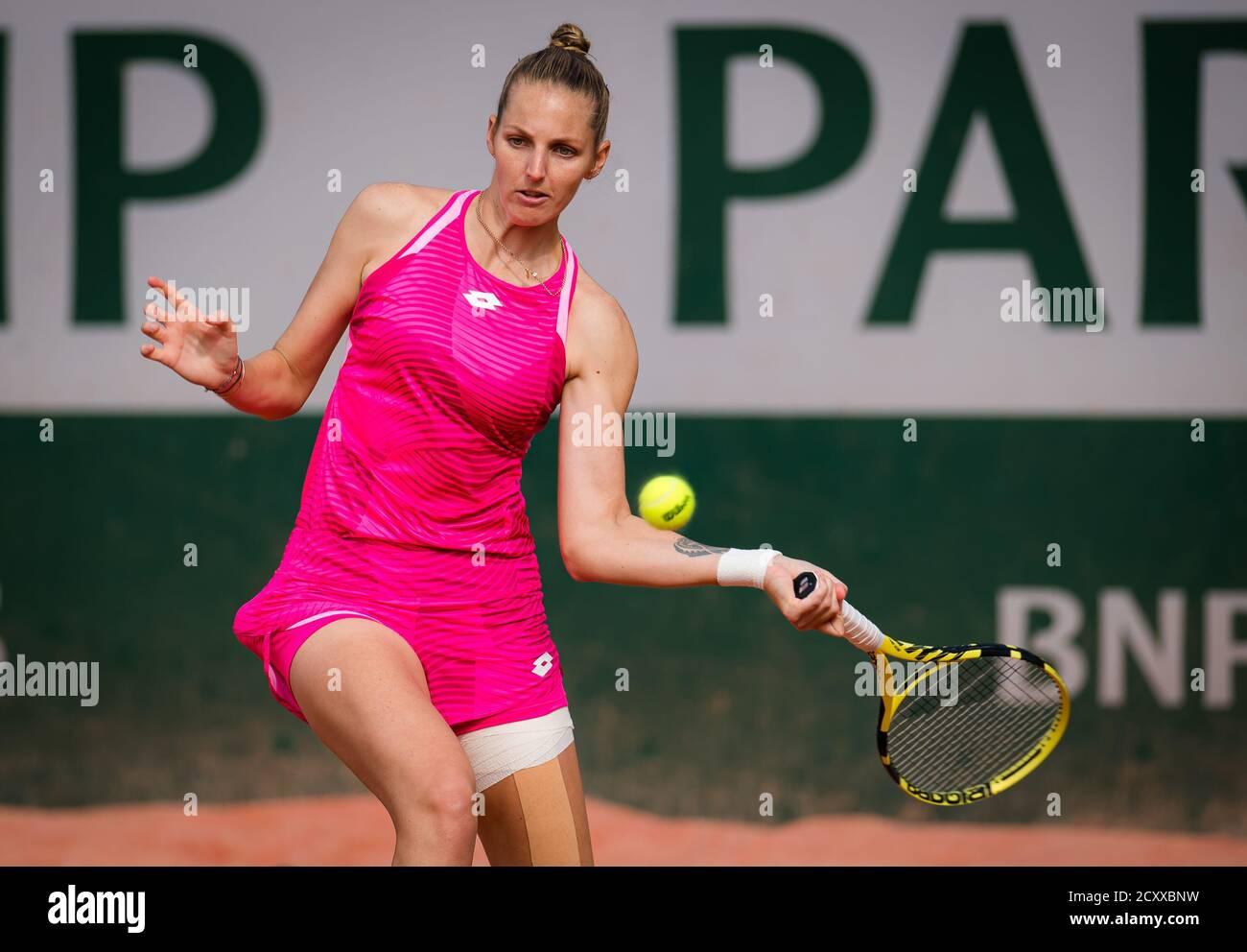 Kristyna Pliskova de la República Checa jugando dobles con Viktoria Kuzmova en el Roland Garros 2020, Grand Slam torneo de tenis, el 30 de septiembre Foto de stock