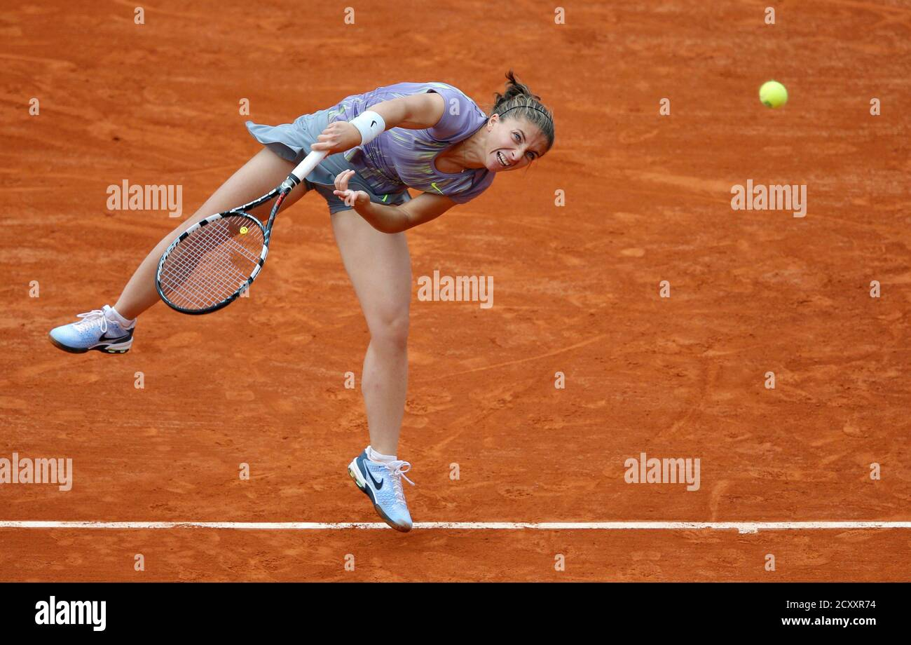 Sara Errani of Italy serves to Carla Suarez Navarro of Spain during their women's singles match at the French Open tennis tournament at the Roland Garros stadium in Paris June 2, 2013.  REUTERS/Stephane Mahe (FRANCE  - Tags: SPORT TENNIS TPX IMAGES OF THE DAY) Foto de stock